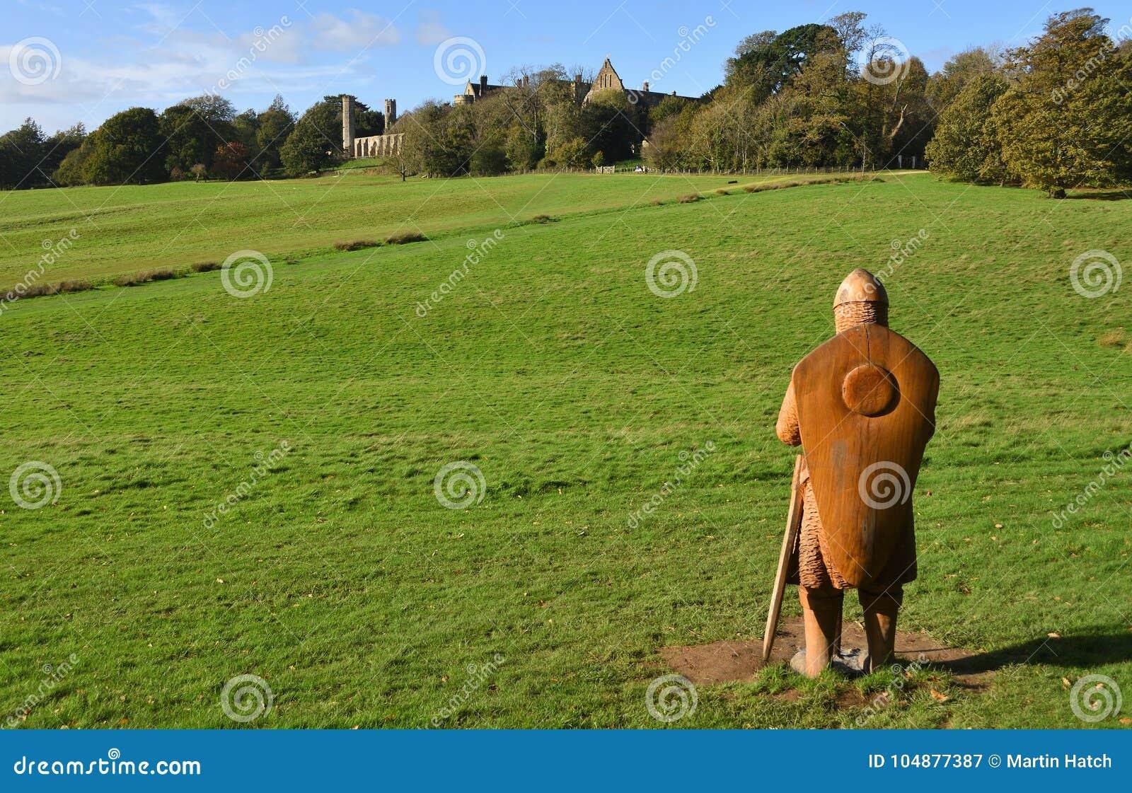 La bataille du site de bataille de Hasting avec l abbaye de bataille à l arrière-plan et au soldat en bois découpé normal dans le
