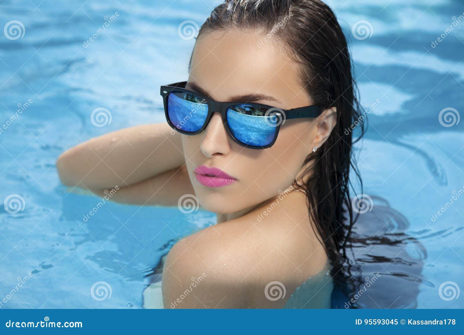 La beauté d été apprécient la piscine