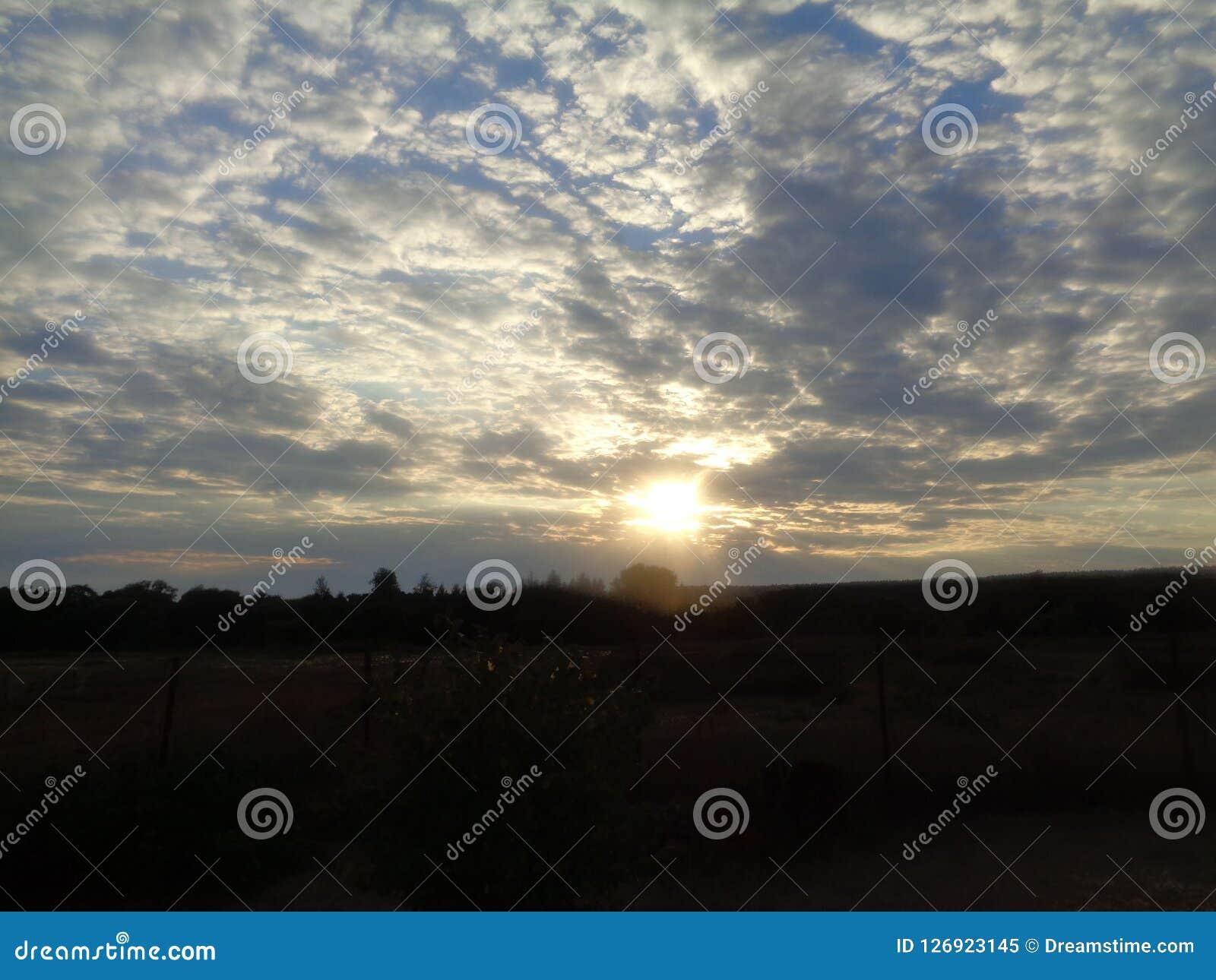 La beauté du coucher du soleil La soirée est venue La nuit s approche