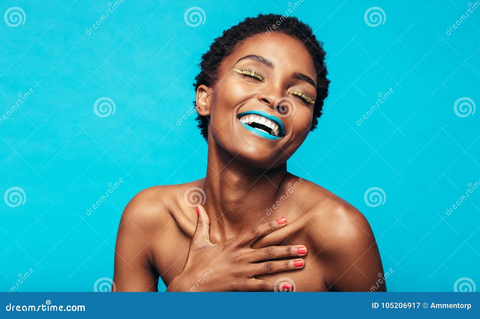 La beauté a tiré du modèle femelle avec le maquillage vibrant