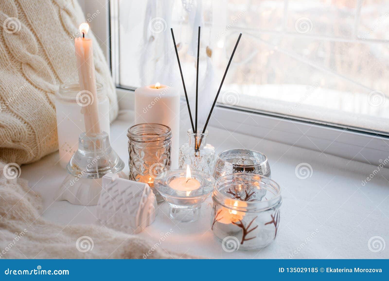 Decorare Candele Bianche : La bella decorazione delle candele accese bianche in