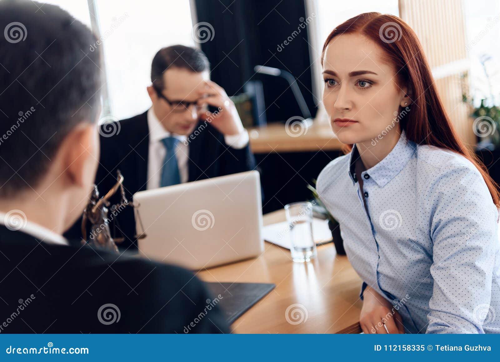 La bella donna dai capelli rossi ascolta attentamente l uomo che esamina l avvocato di divorzio