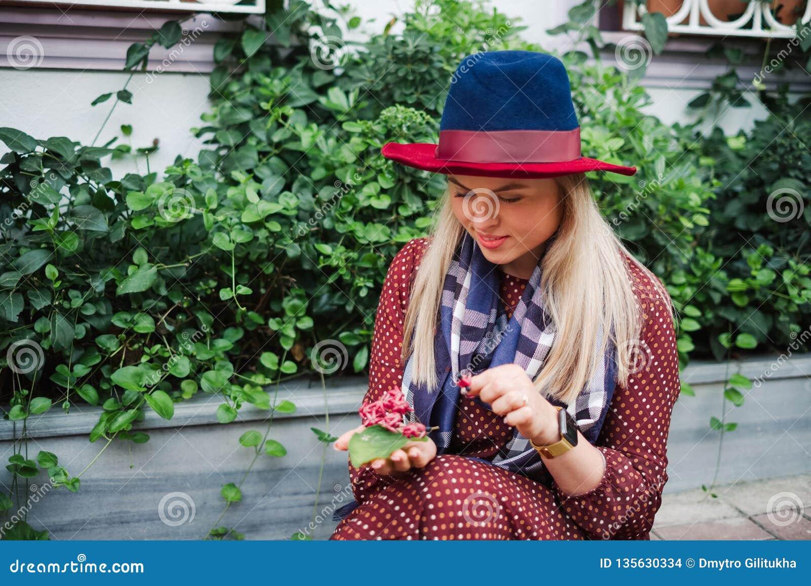 La bella donna dei capelli biondi gode della molla in parco verde
