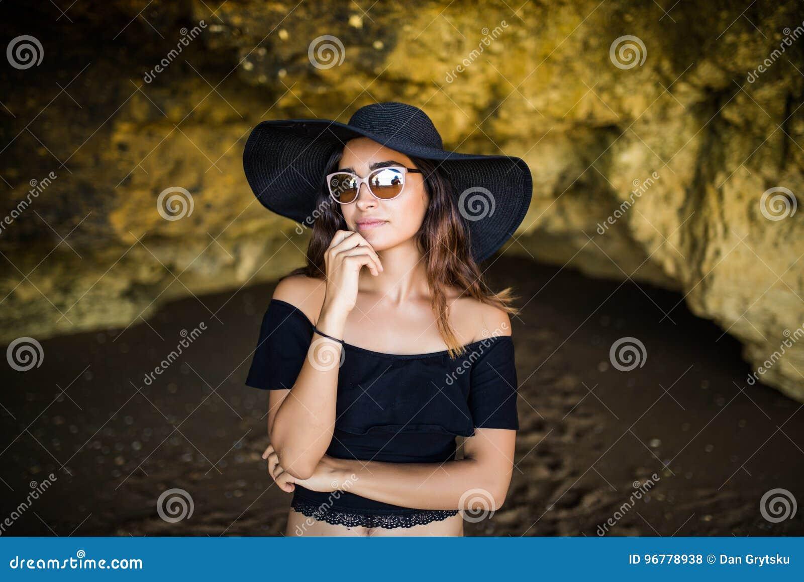 Da La Gli Pensano Occhiali Che Il Donna E Latina Bella Cappello Con 46R4rP