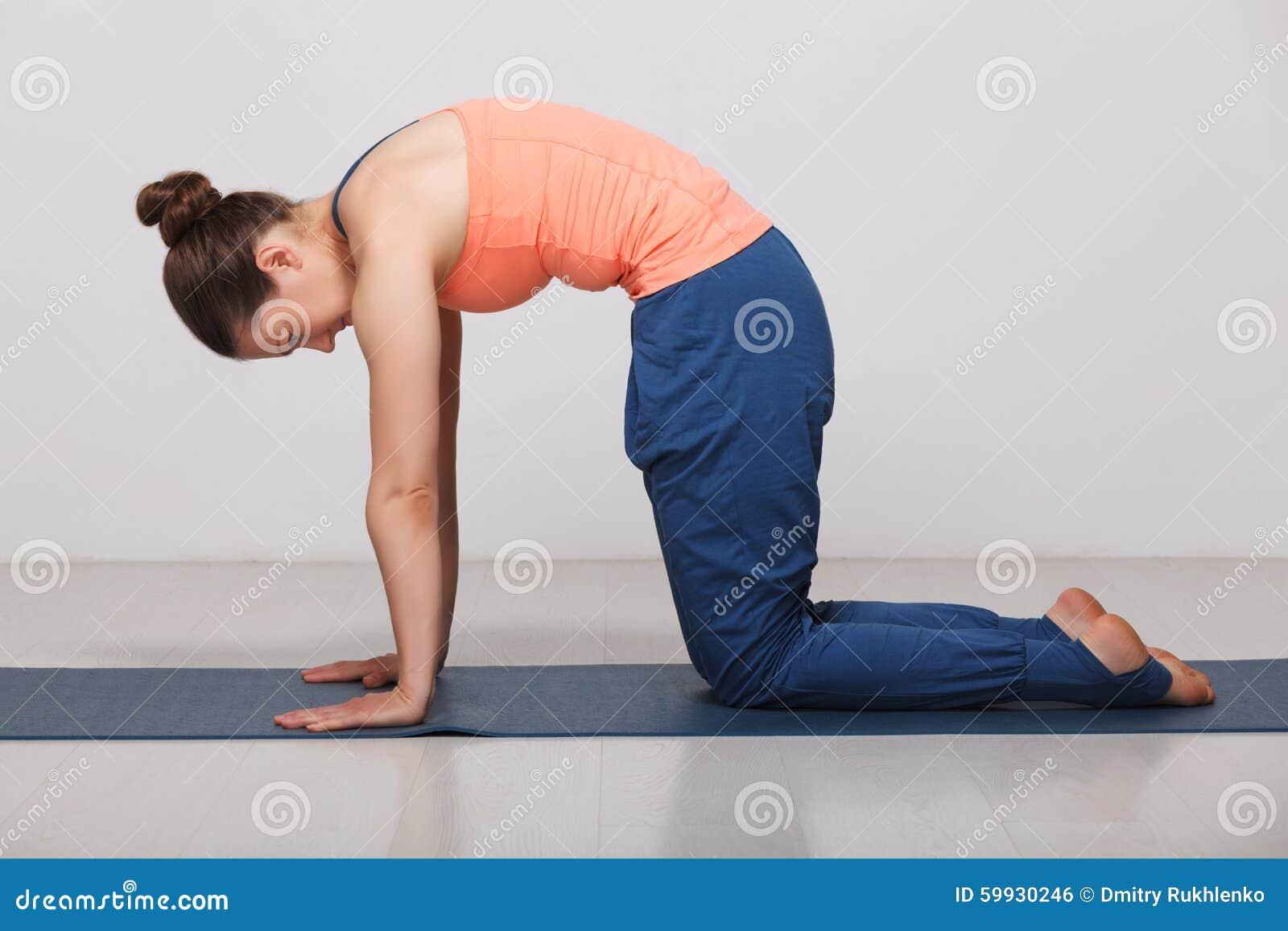 La bella donna sportiva di yogini di misura pratica l yoga