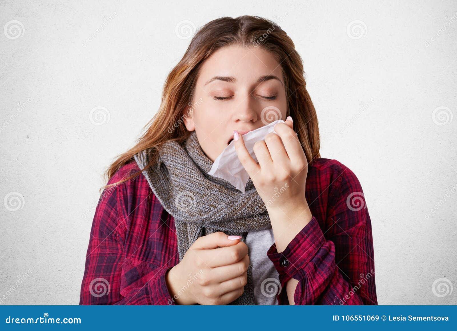 La bella femmina indossa lo scrf caldo, starnutisce nel tessuto, soffre da freddo e l alto tempreture, ha condotto di scarico, pr