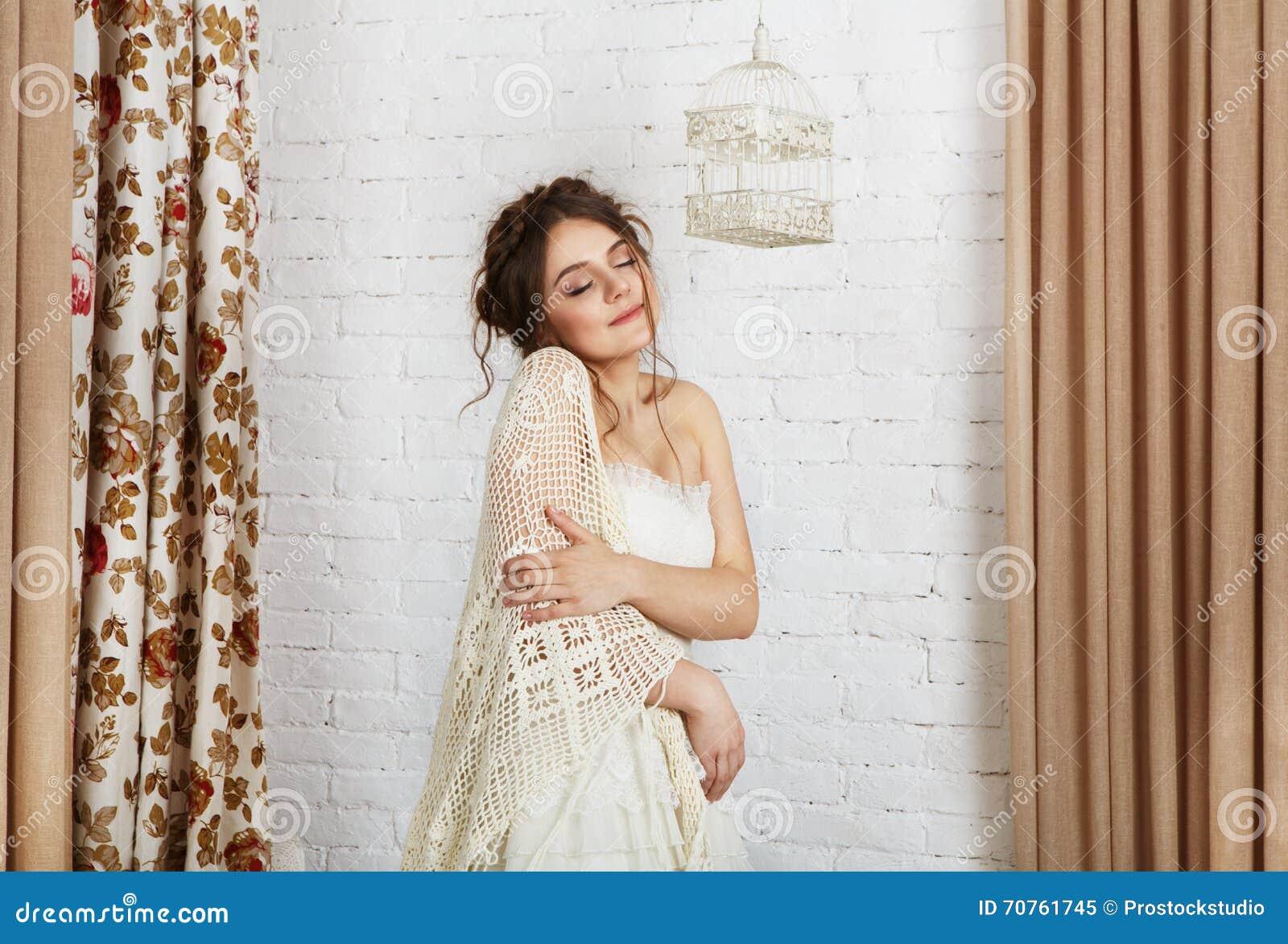 La Bella Giovane Sposa Dentro Lavora Alluncinetto Lo Scialle Ed Il