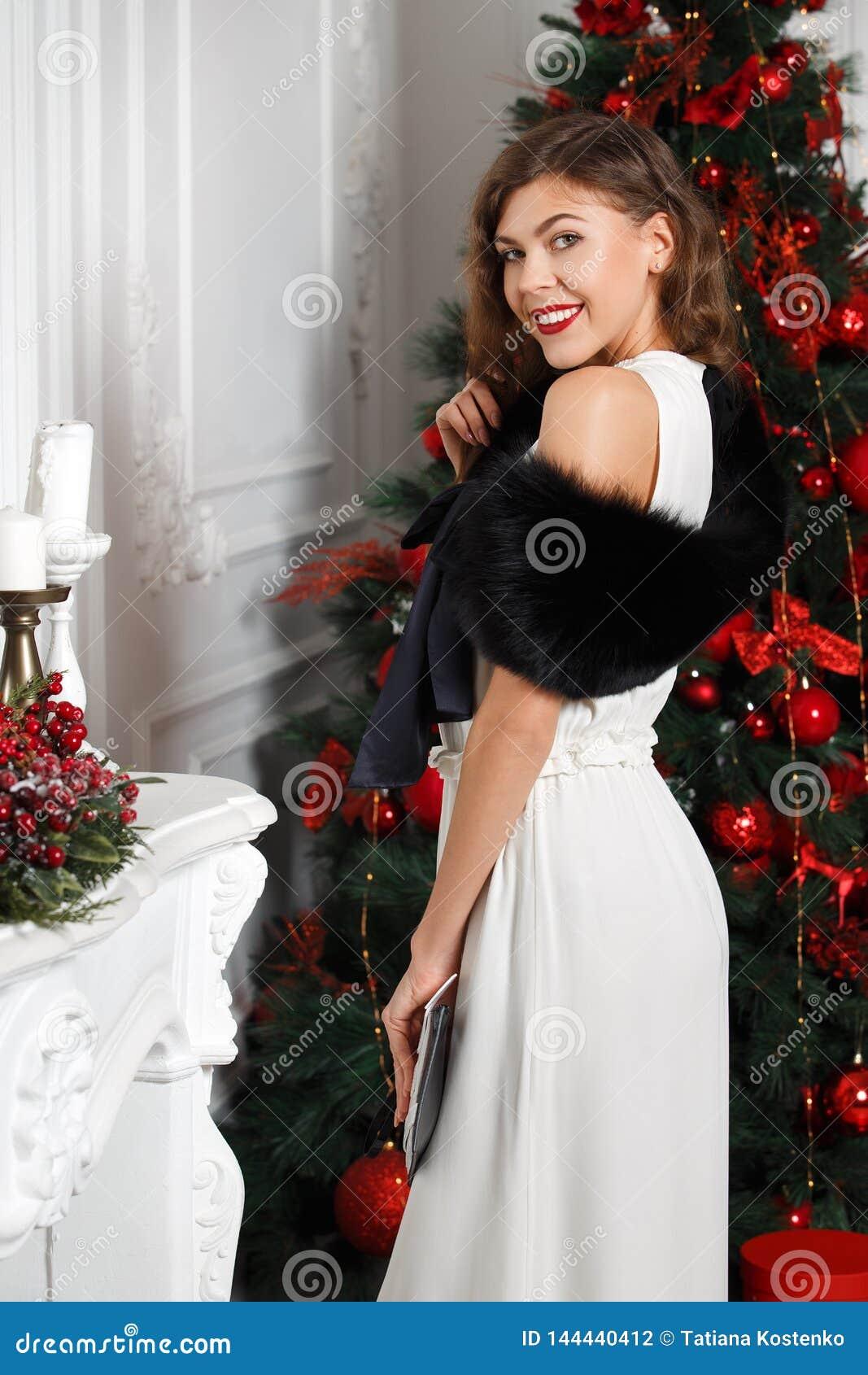 La Bella Ragazza Alla Moda Vestita In Vestito Bianco E Nel