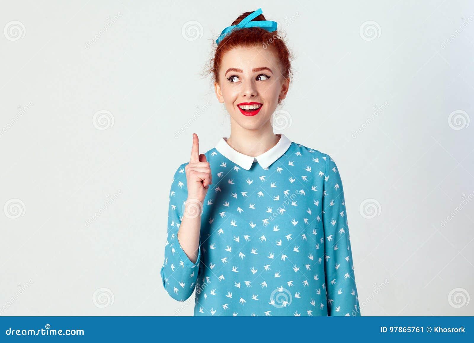 La bella ragazza della testarossa ha ottenuto l idea ed ha alzato il suo dito su