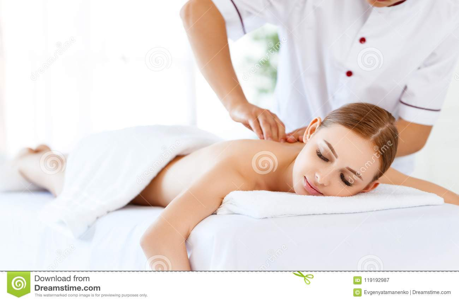 La bella ragazza gode dei trattamenti della stazione termale e di massaggio