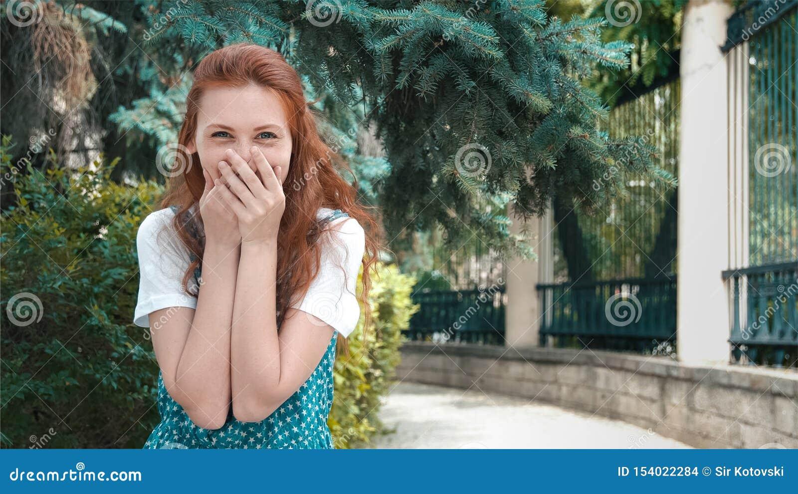 La bella ragazza sorridente della testarossa ride dello scherzo