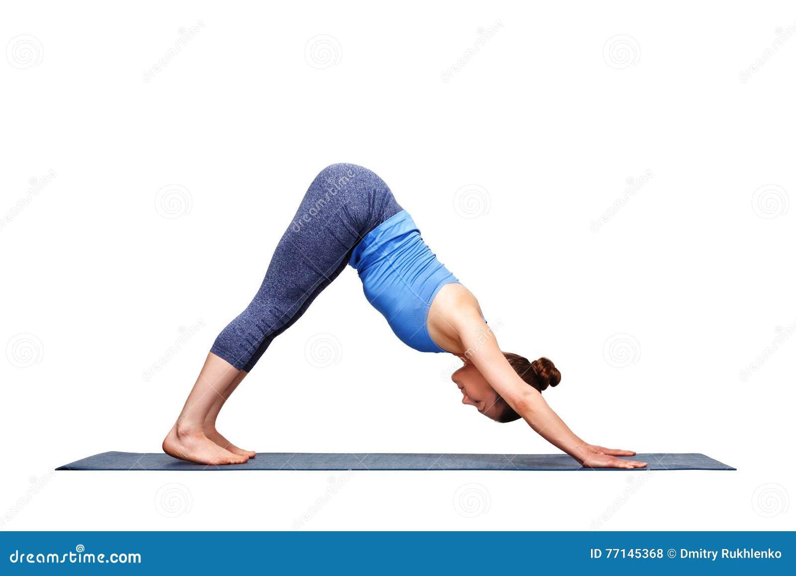 La bella ragazza sportiva degli Yogi di misura pratica il adhomukha SV di asana di yoga