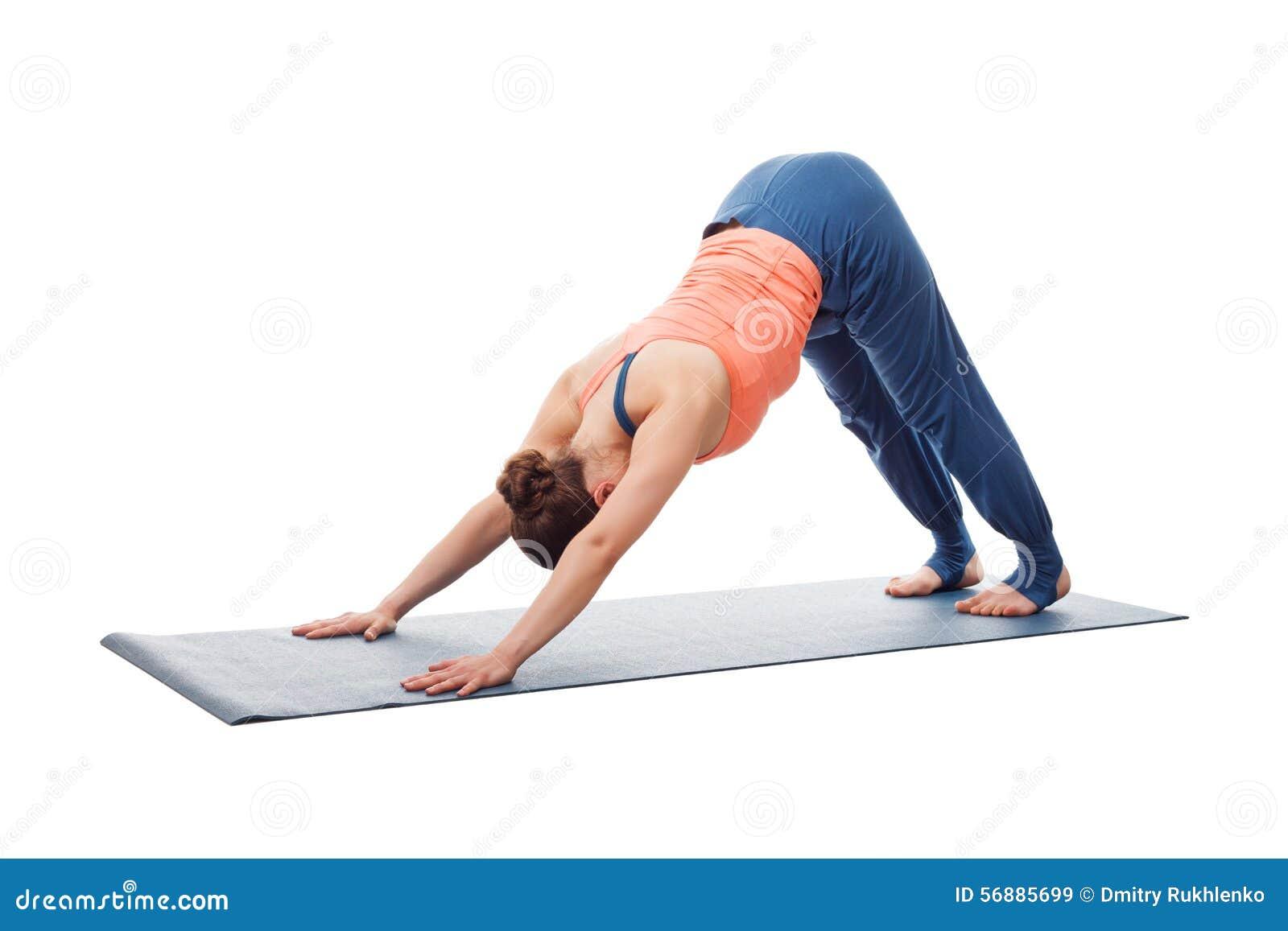 La bella ragazza sportiva degli Yogi di misura pratica l yoga