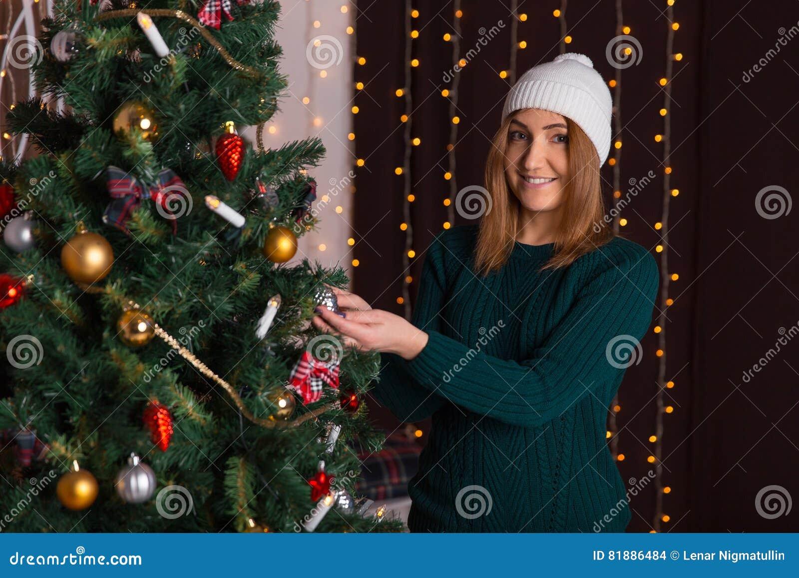La bella ragazza in un cappuccio ed in un maglione decora for Decora la stanza di violetta