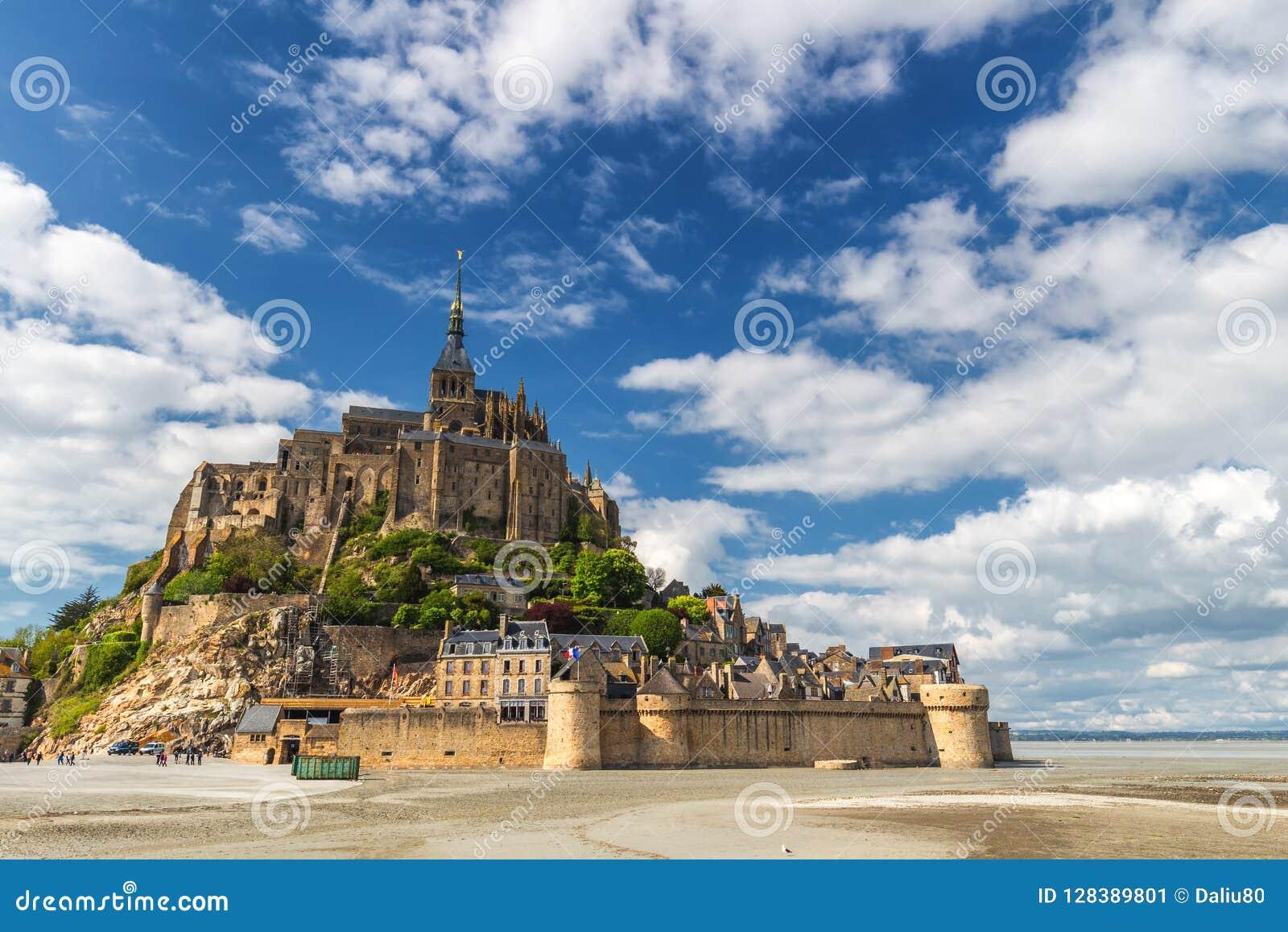 La bella vista panoramica del Le famoso Mont Saint-Michel di marea è