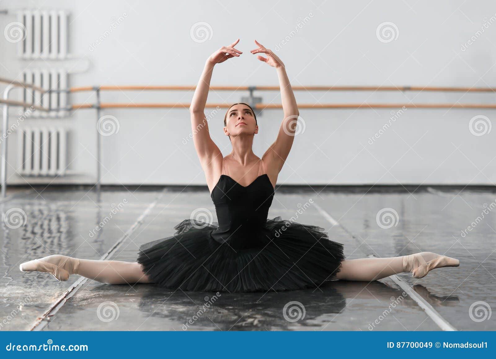 La belle ballerine s asseyent sur la ficelle dans la classe