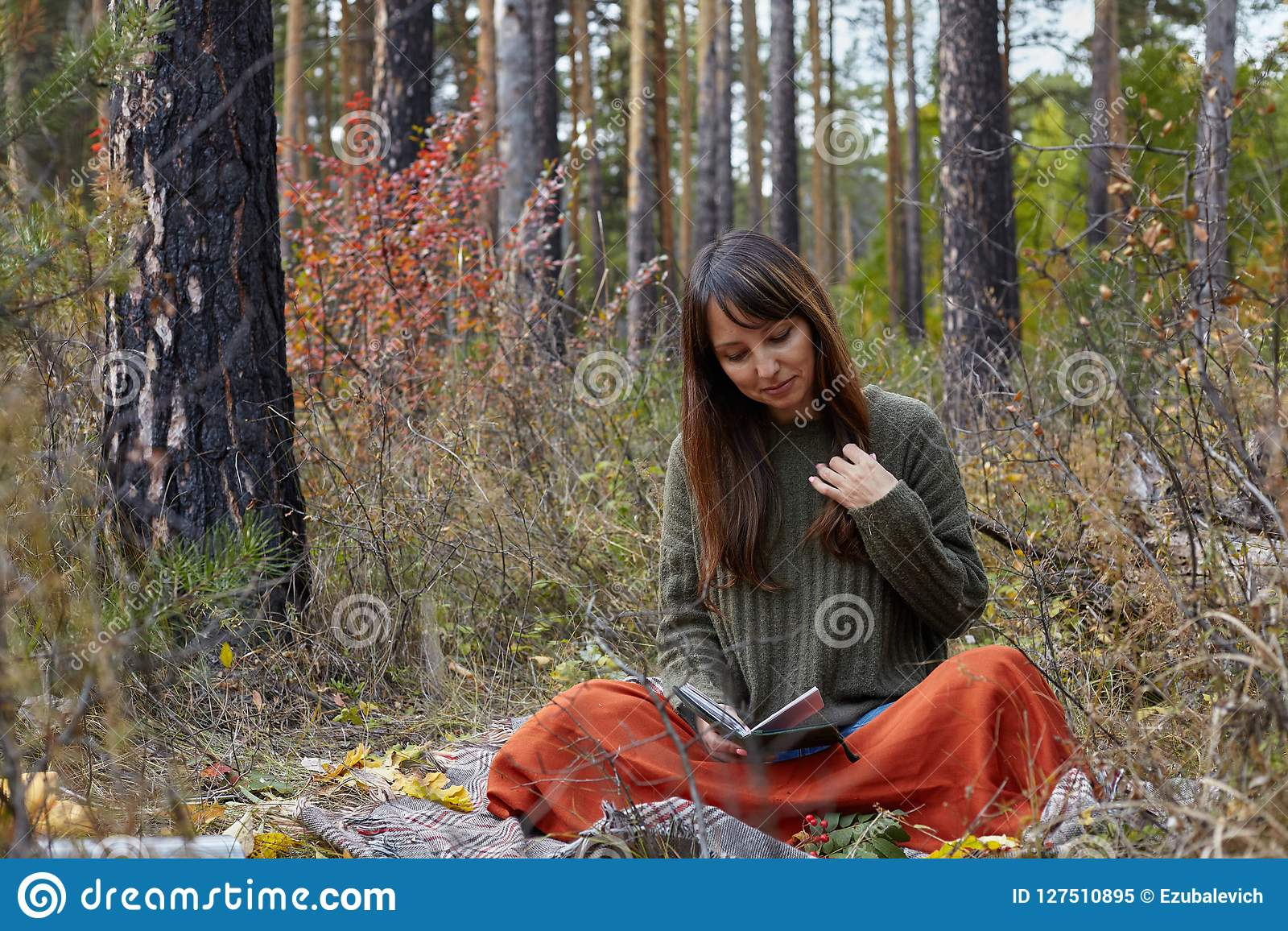 La belle brune lit un livre en parc d automne