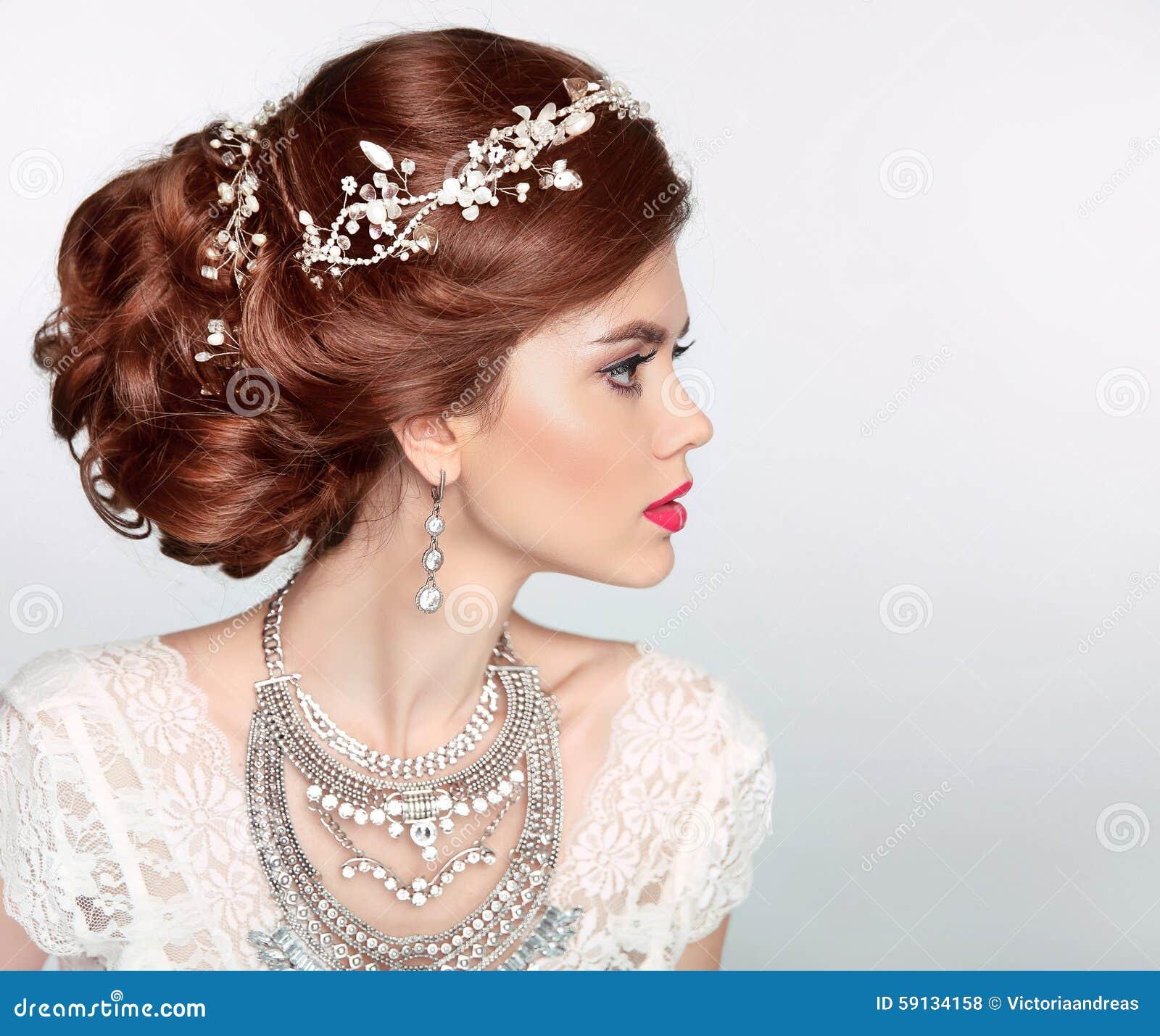 La Belle Coiffure Mignonne Verrouille Le Mariage Modele De Profil De Verticale Beau Portrait De Modele De Fille De Jeune Mariee D Photo Stock Image Du Beau Coiffure 59134158
