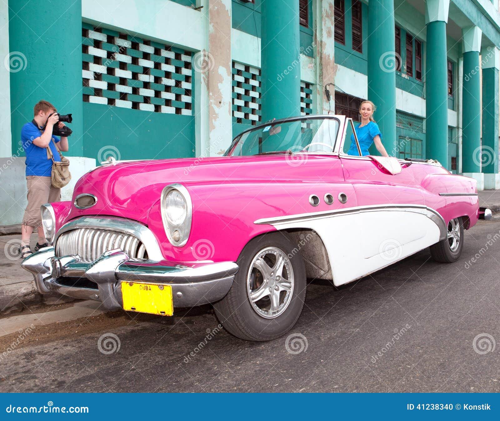 la belle femme une vieille r tro voiture am ricaine de roue cinquanti me ann es du si cle. Black Bedroom Furniture Sets. Home Design Ideas
