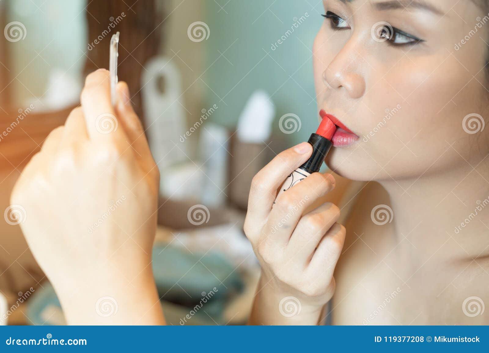 La belle femme asiatique avec composent