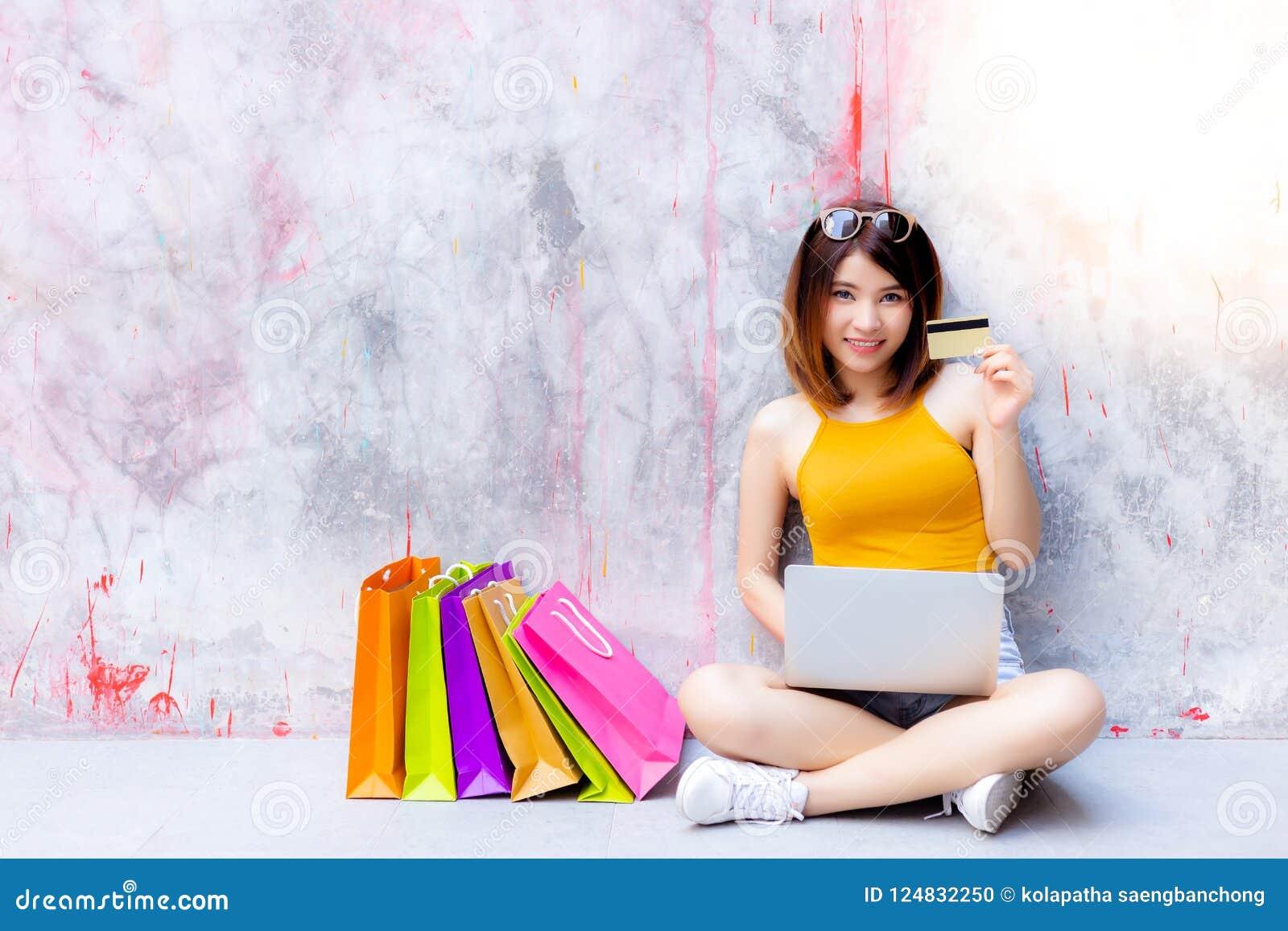 La belle femme avec du charme montre la carte de crédit Beau attirant
