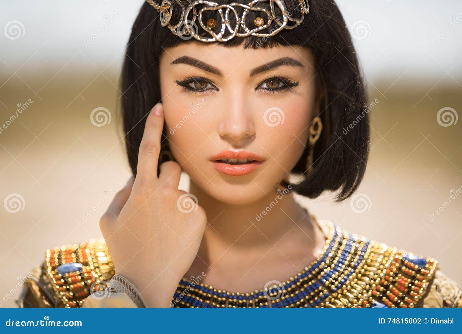 La belle femme avec le maquillage de mode et la coiffure aiment la Reine  égyptienne Cléopâtre