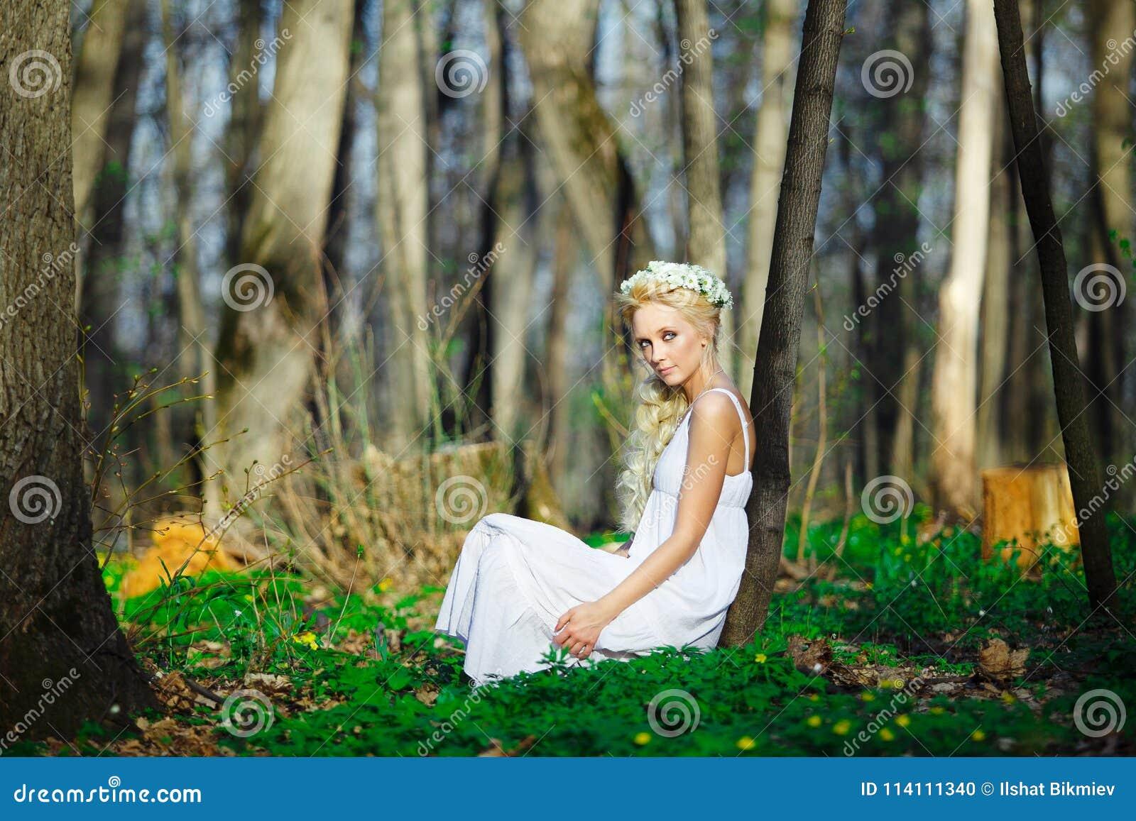 Femme La Robe Guirlande Dans Avec Sur Blanche Belle lKT13FJc