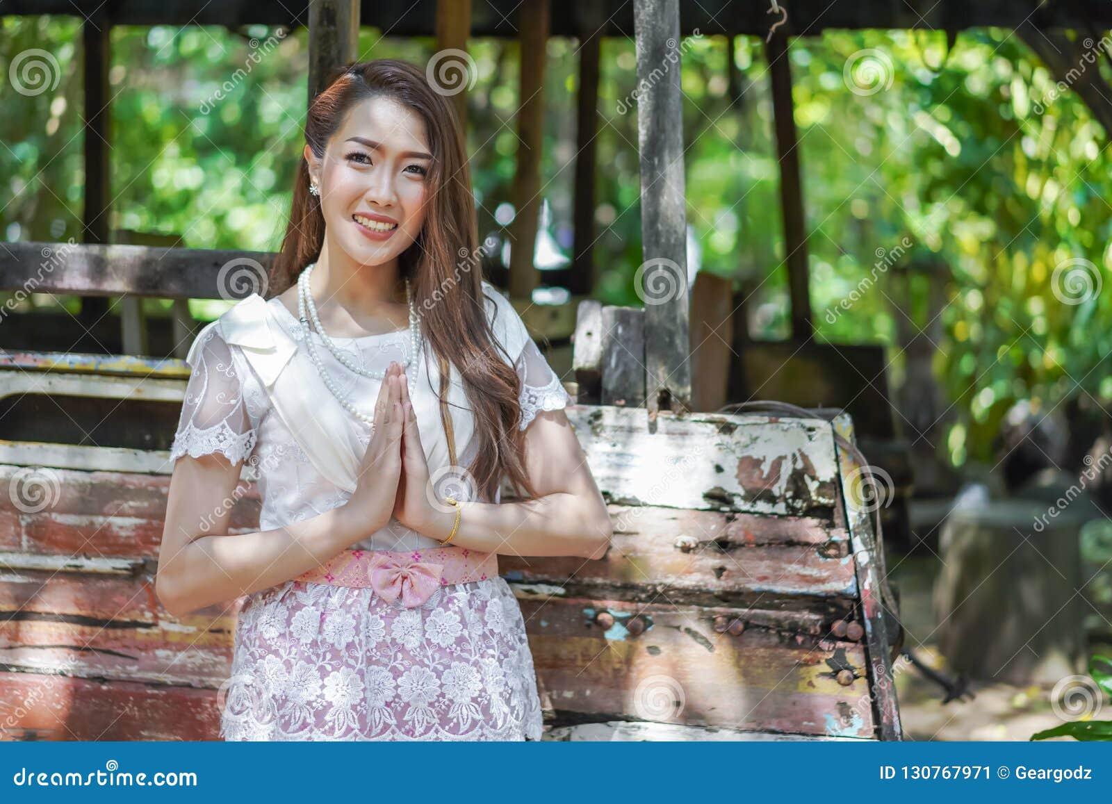 La belle femme dans la robe traditionnelle thaïlandaise est respect de salaire