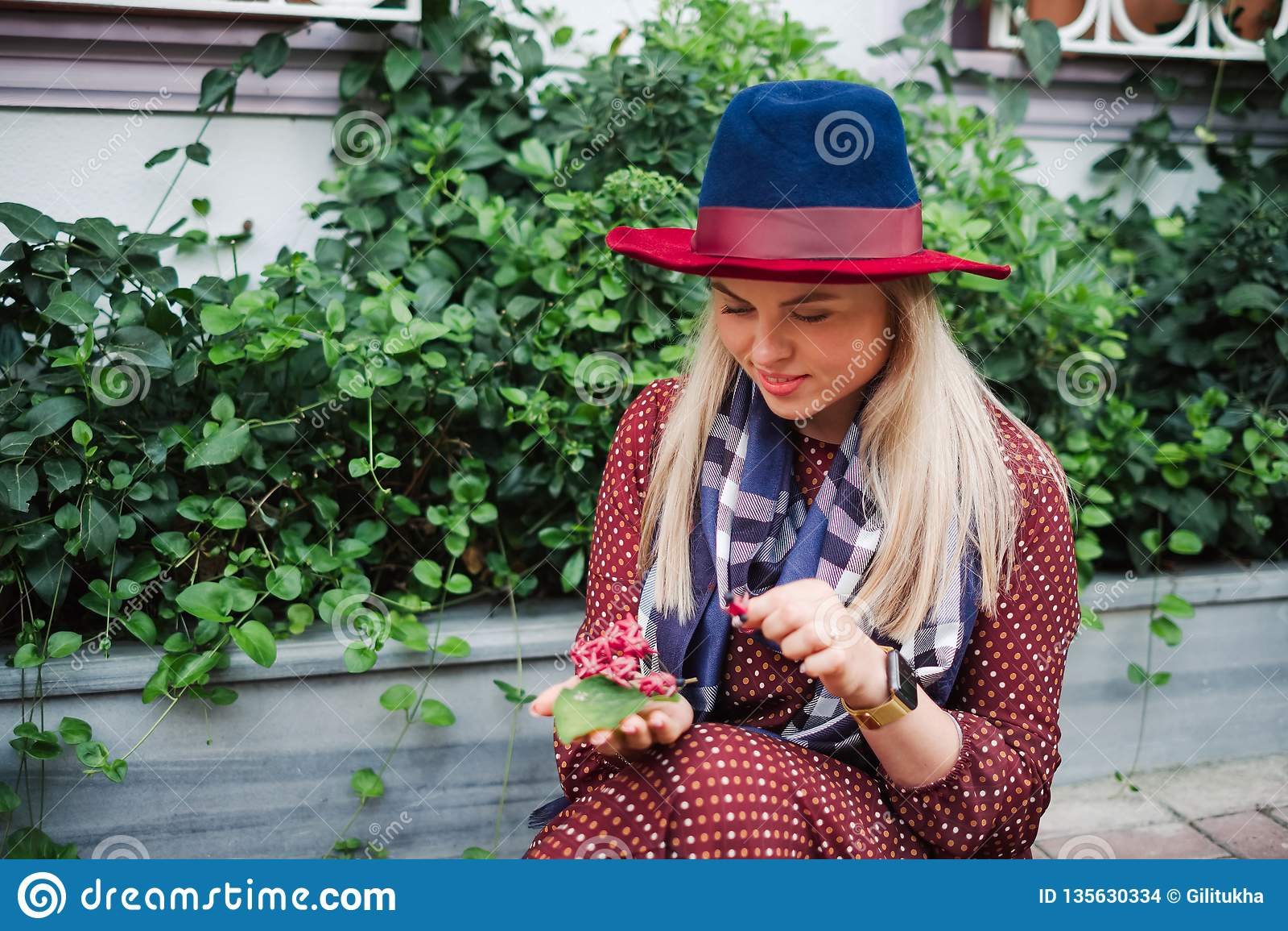 La belle femme de cheveux blonds apprécient le ressort en parc vert