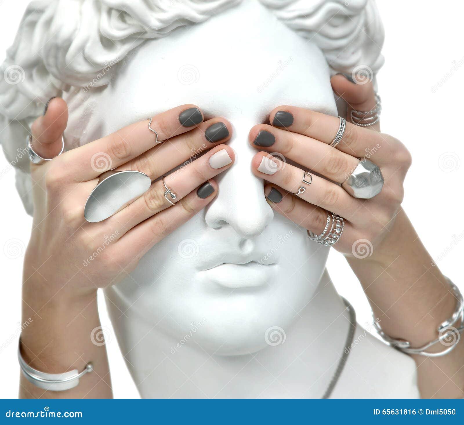 La belle femme de manucure remet couvrir les yeux d un St d Apollo