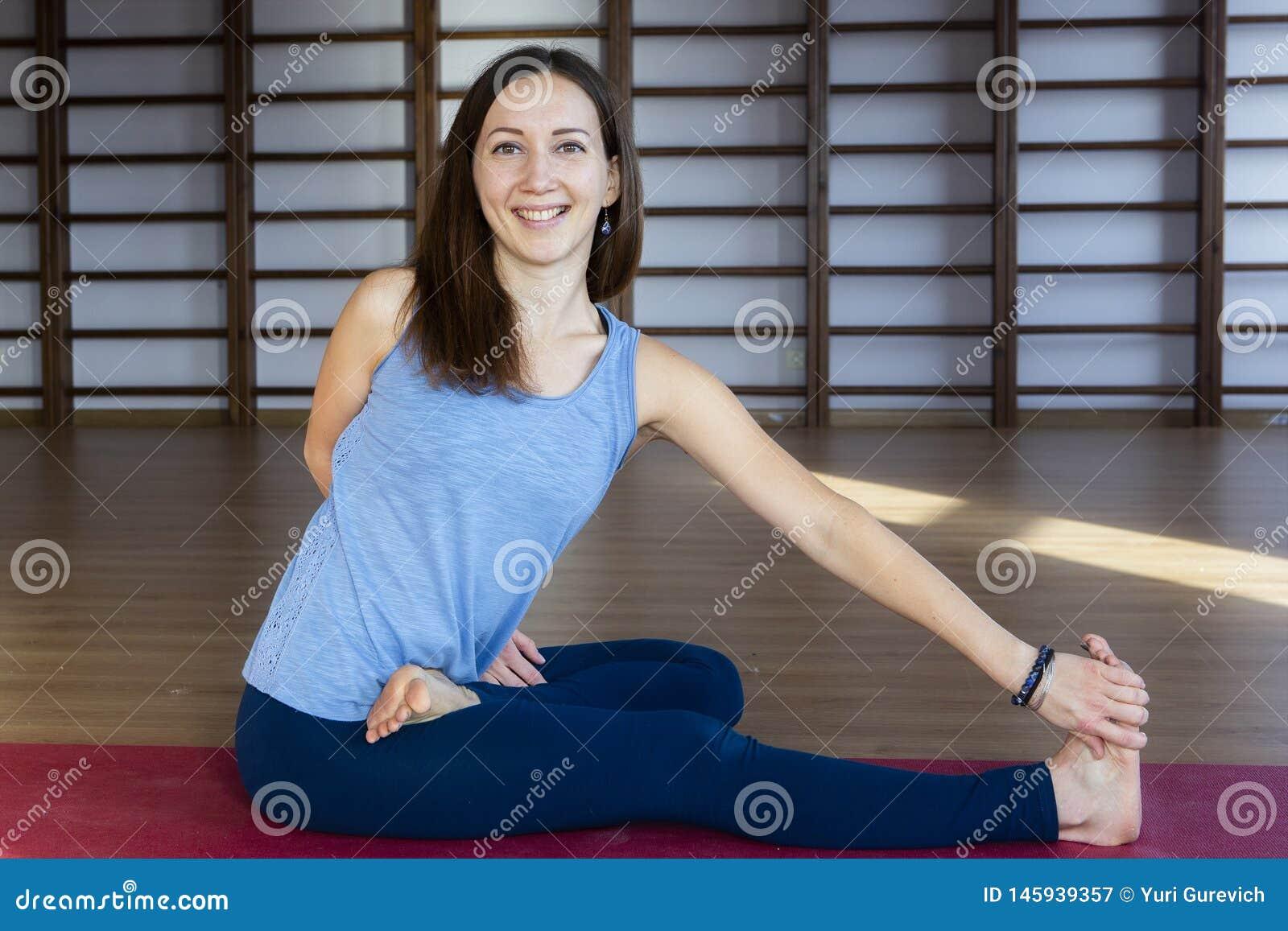 La belle femme en bonne sant? fait des exercices de yoga dans le gymnase, fin