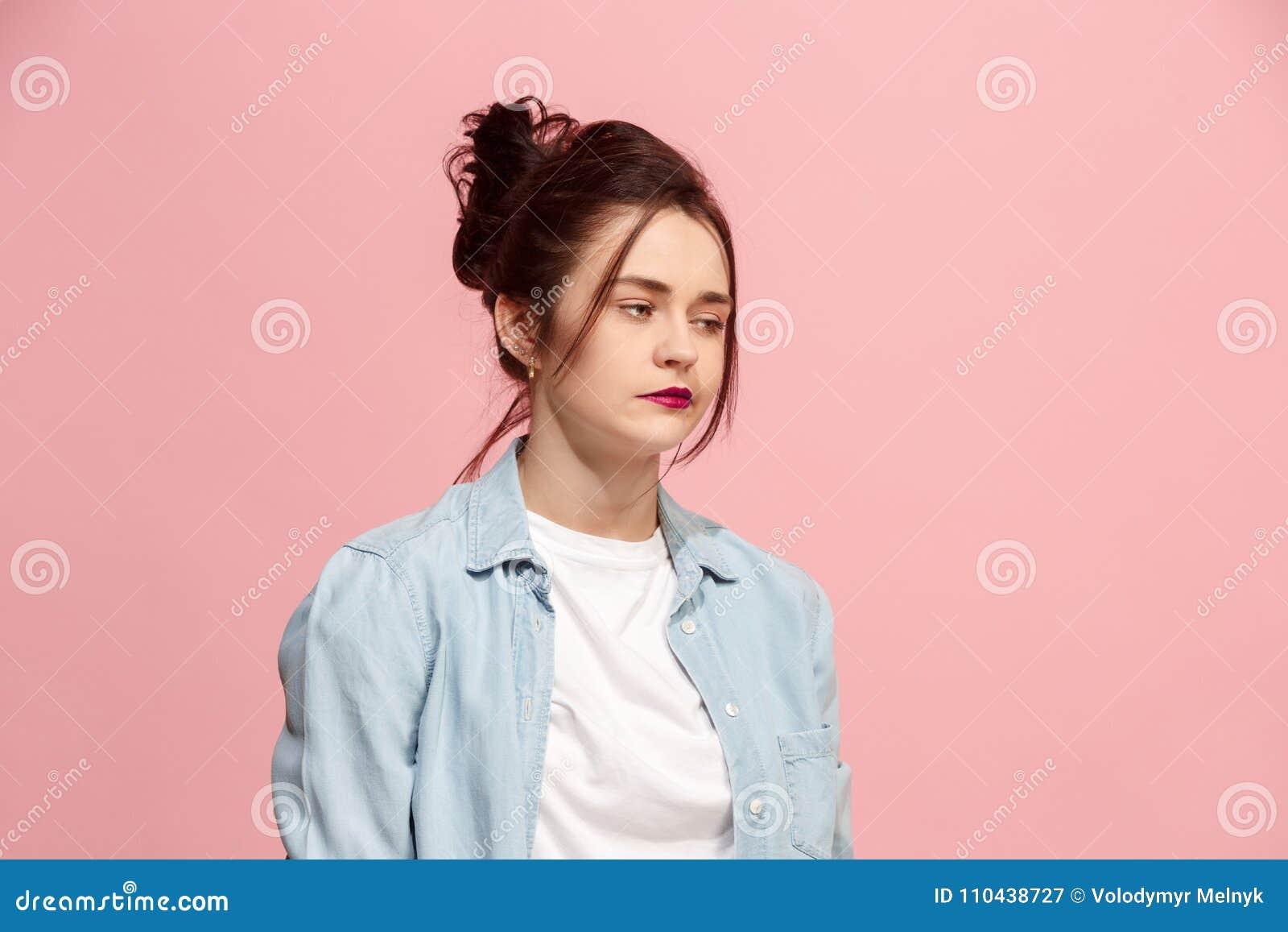 La belle femme ennuyée était ennuyeuse d isolement sur le fond rose