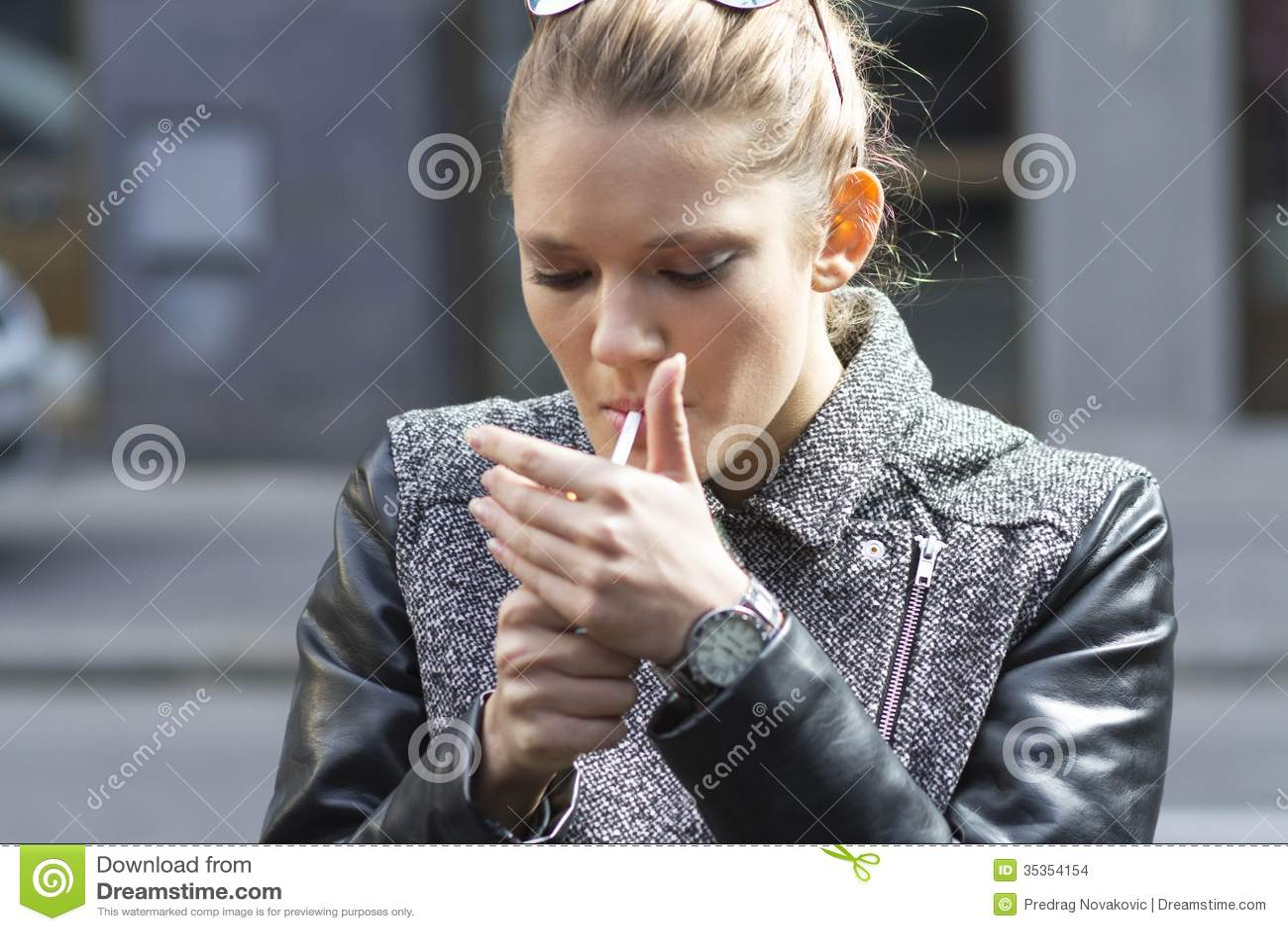 Ayant cessé de fumer je marche souvent à la toilette