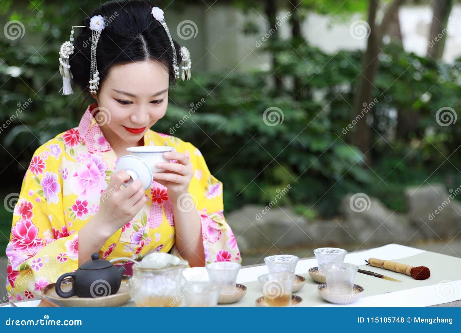 La Belle Femme Japonaise Asiatique Traditionnelle De Geisha Porte Le