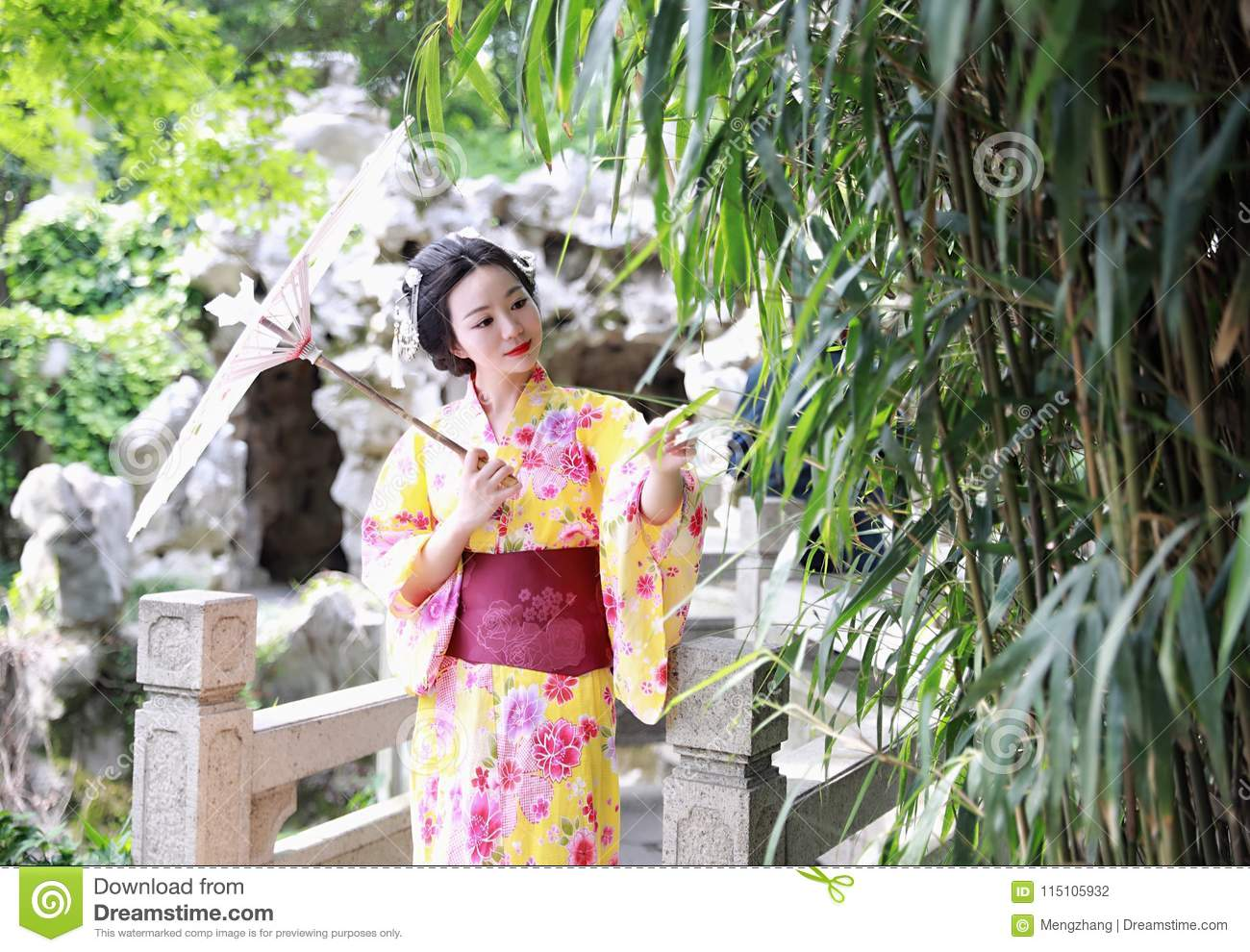 La Belle Femme Japonaise Asiatique Traditionnelle De Geisha Utilise