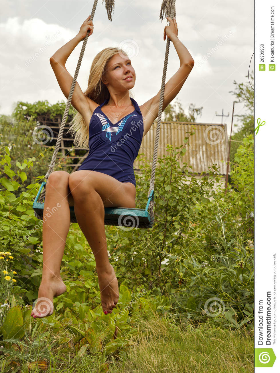 La belle fille dans un maillot de bain sur une oscillation photo stock image 20933960 for Photo dans un bain