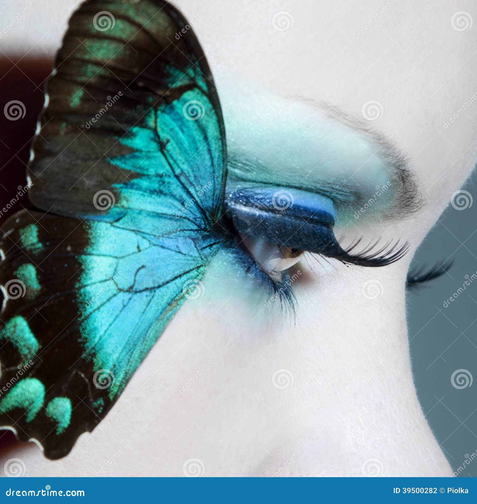 La belle fin d oeil de femme avec le papillon s envole