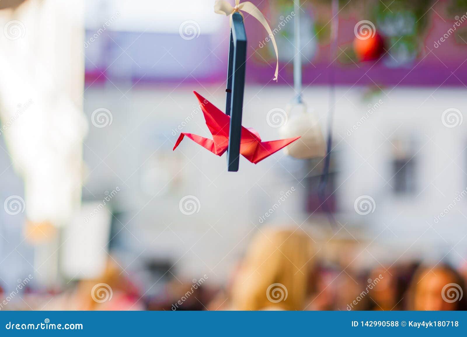 La belle grue rouge d origami a animé plus sur la galerie L origami tend le cou le vol à l arrière-plan blanc