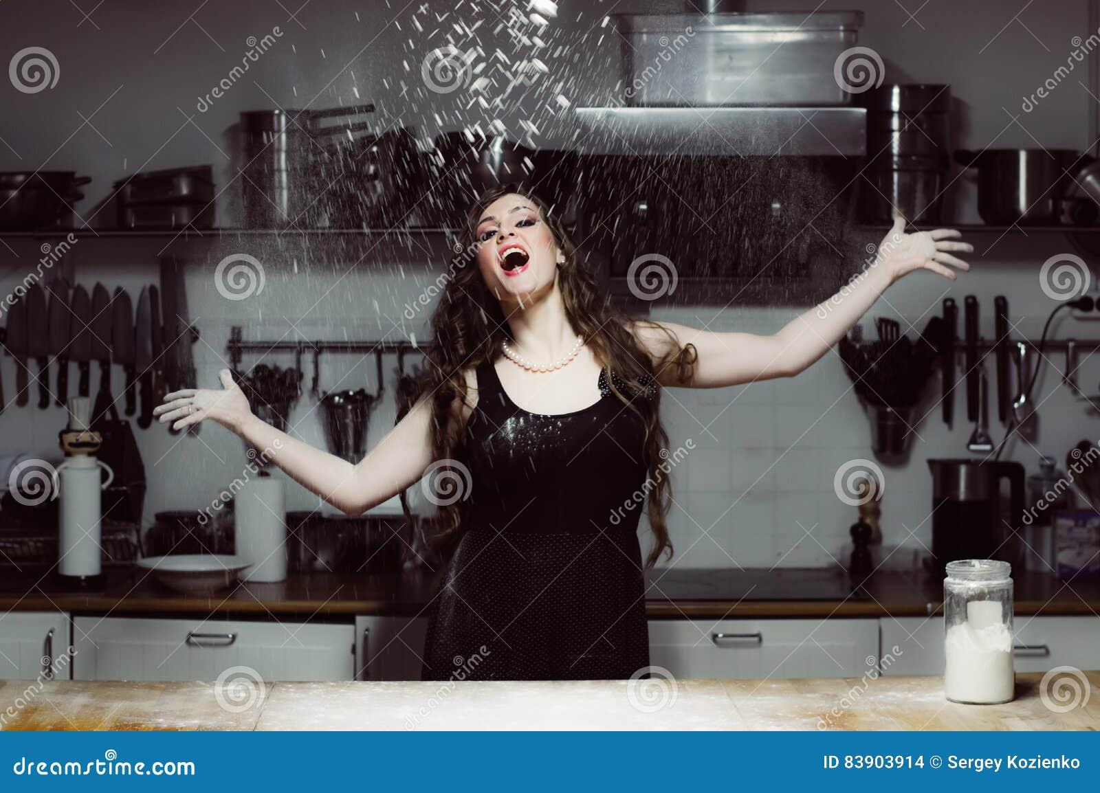 La belle hôtesse laisse tomber la farine