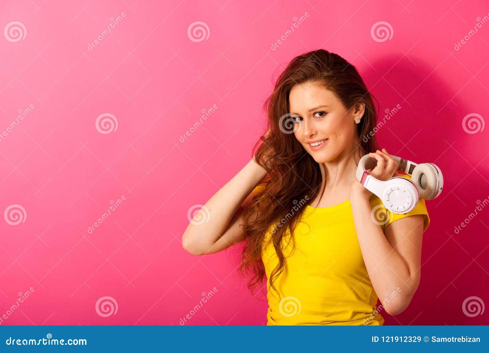 La belle jeune femme écoutent la musique au-dessus du CCB vibrant de couleur