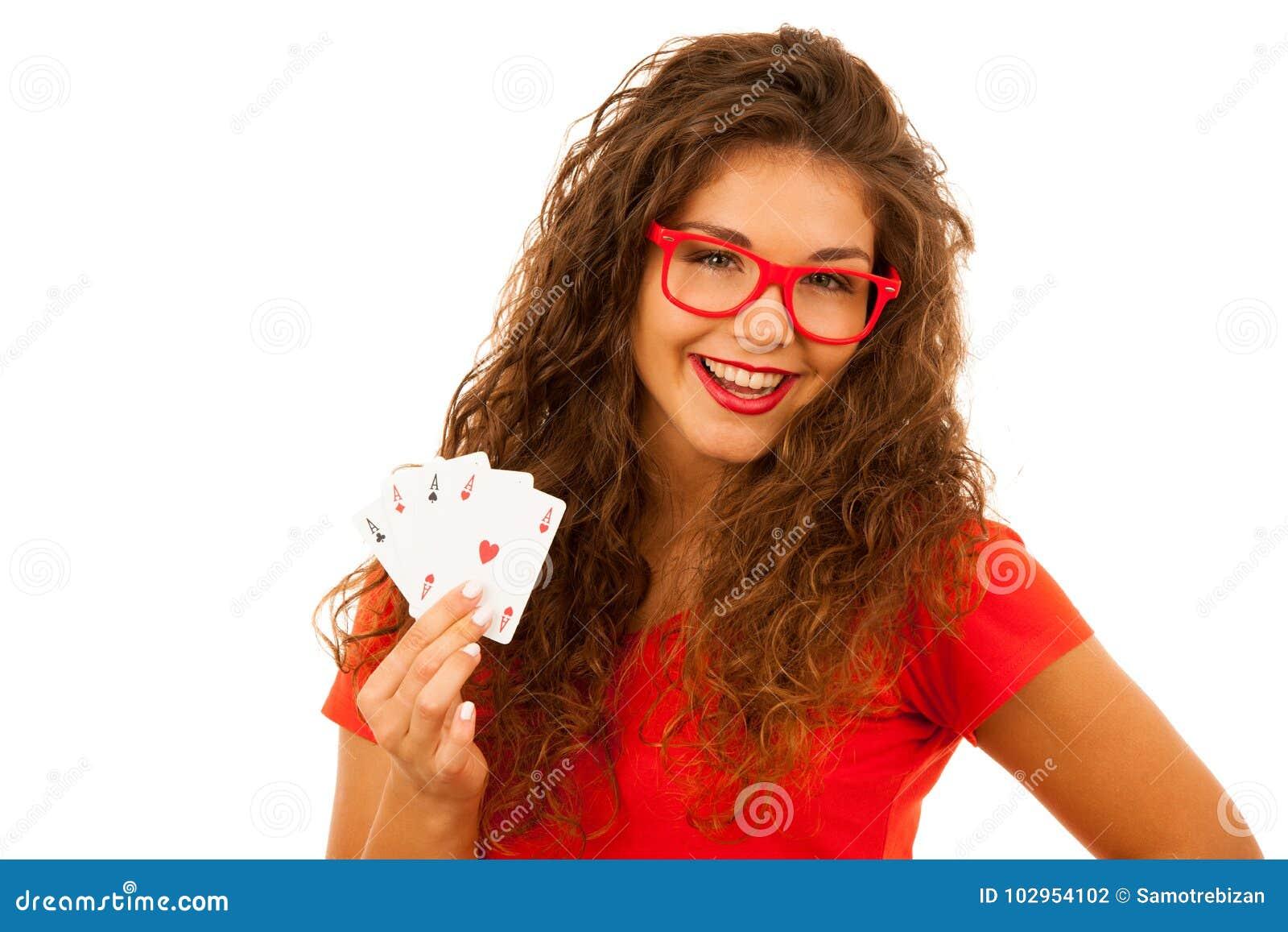 La belle jeune femme juge des cartes de tisonnier quatre as d isolement plus de