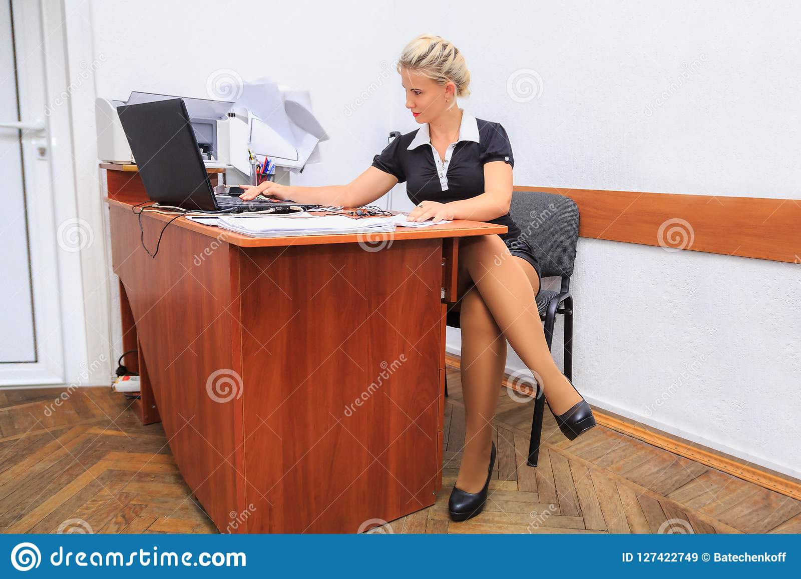 La belle jeune femme travaille dans le bureau