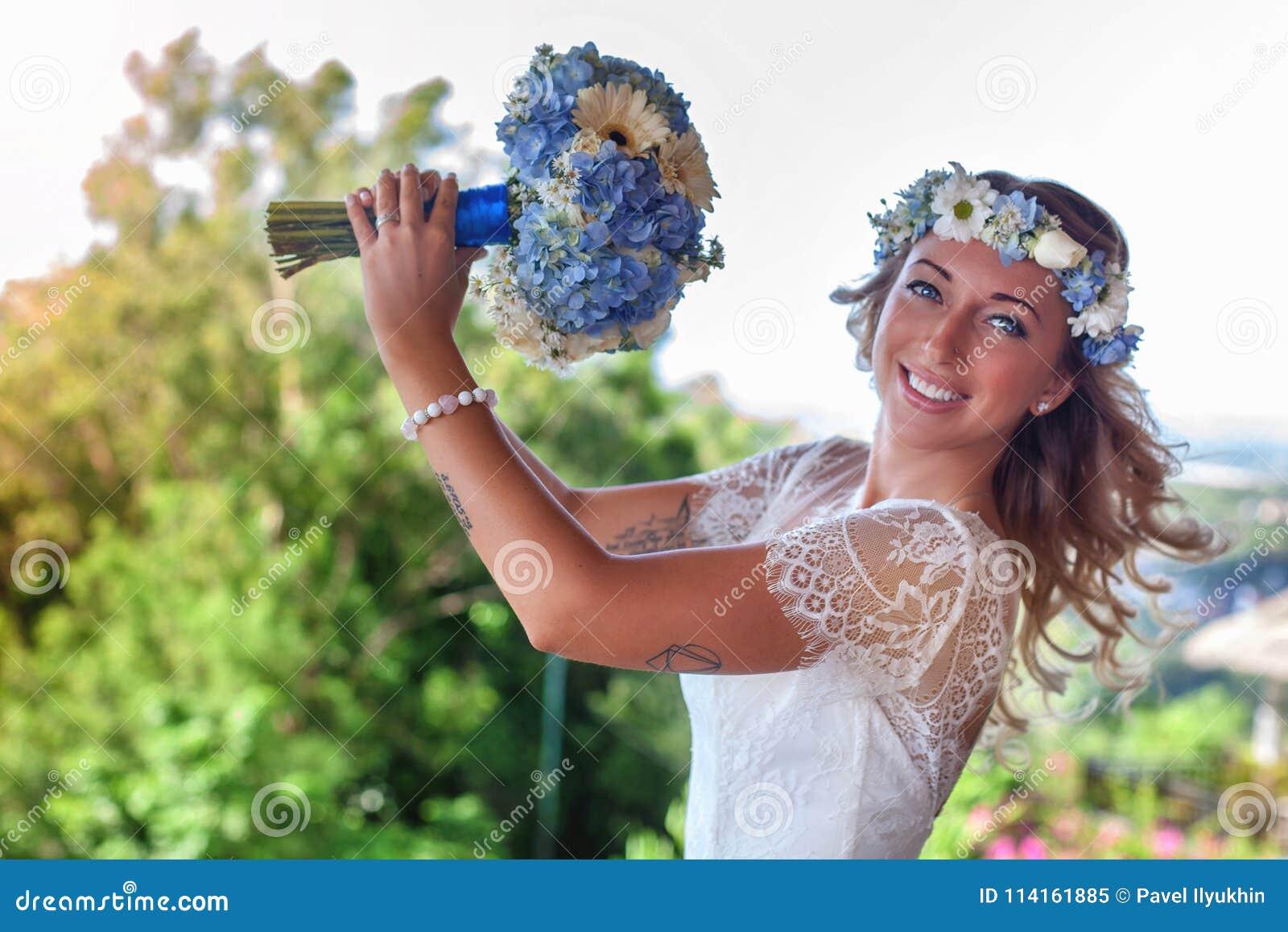 La belle jeune mariée s est mariée à la plage, Bali Cérémonie de mariage