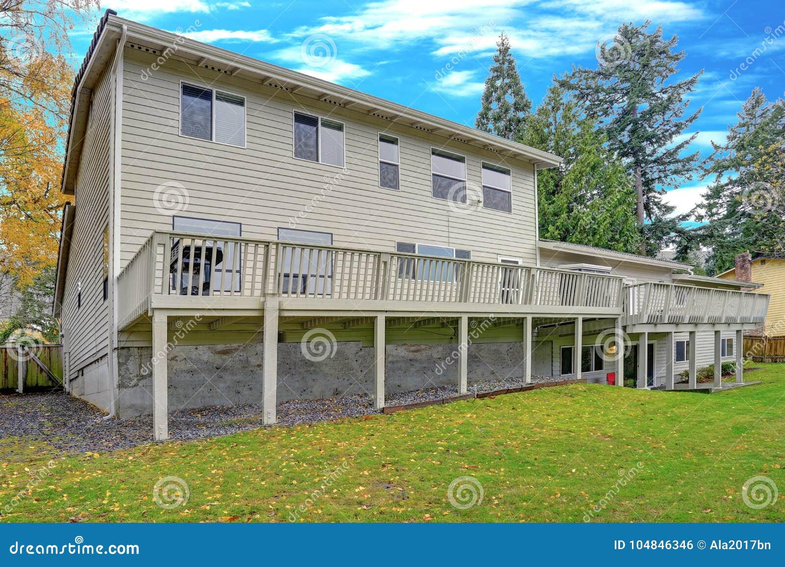 La belle maison comporte une plate-forme enveloppante