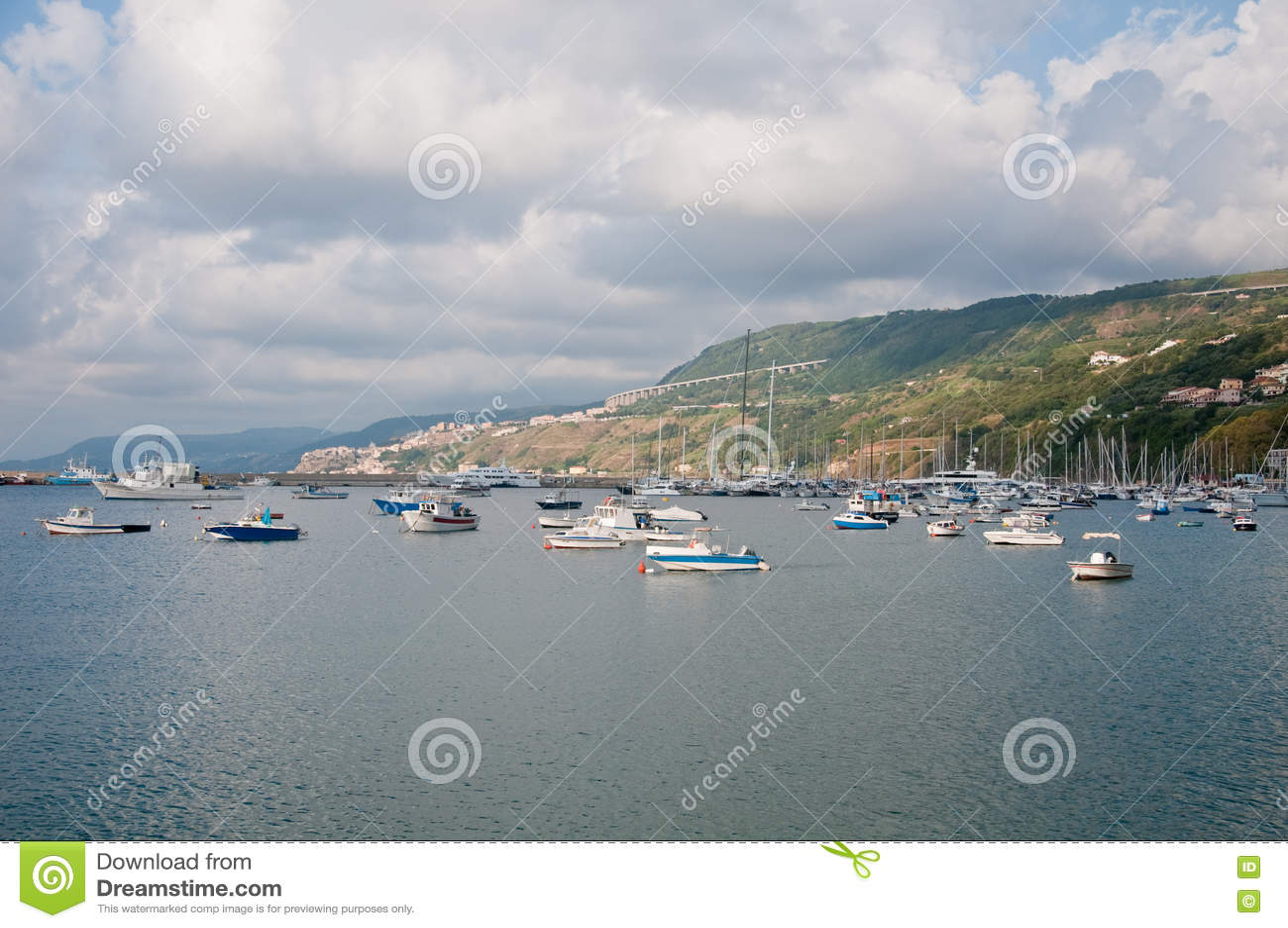 La belle marina de la ville de la marina de vibo en Calabre