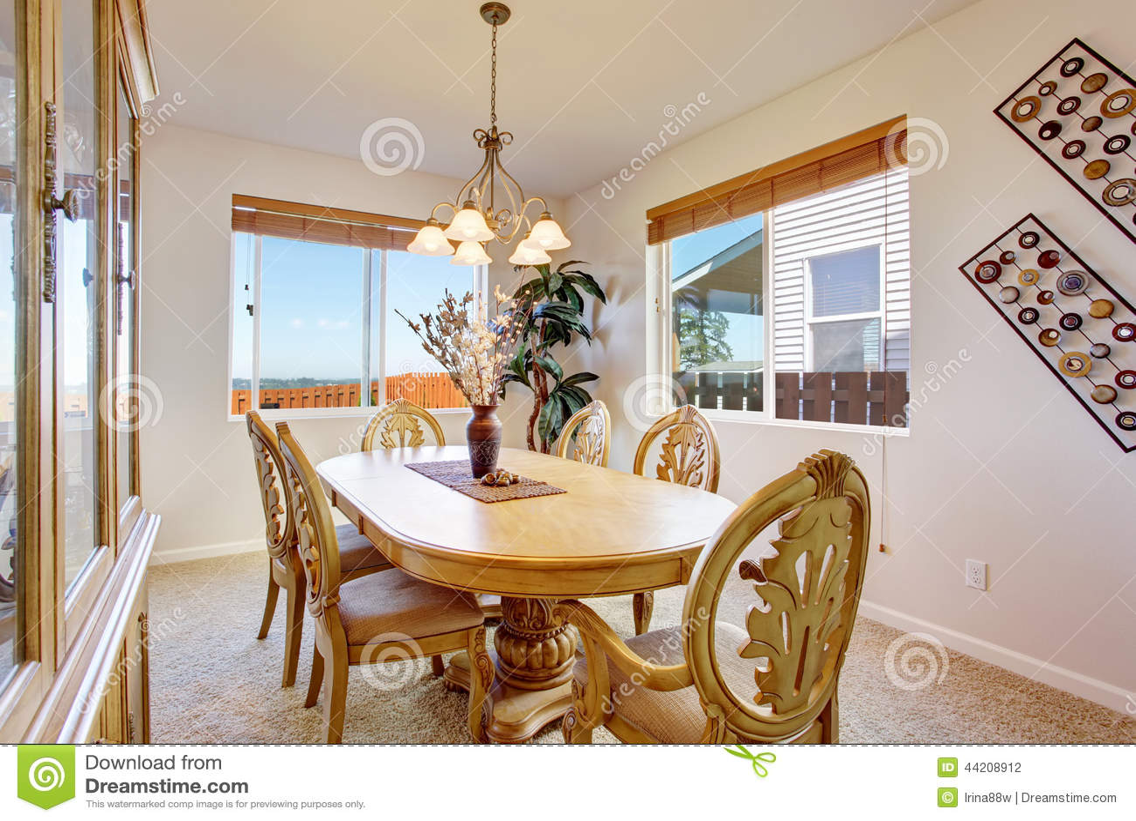 La belle table de salle manger en bois d coup e a plac for Salle a manger 8 places