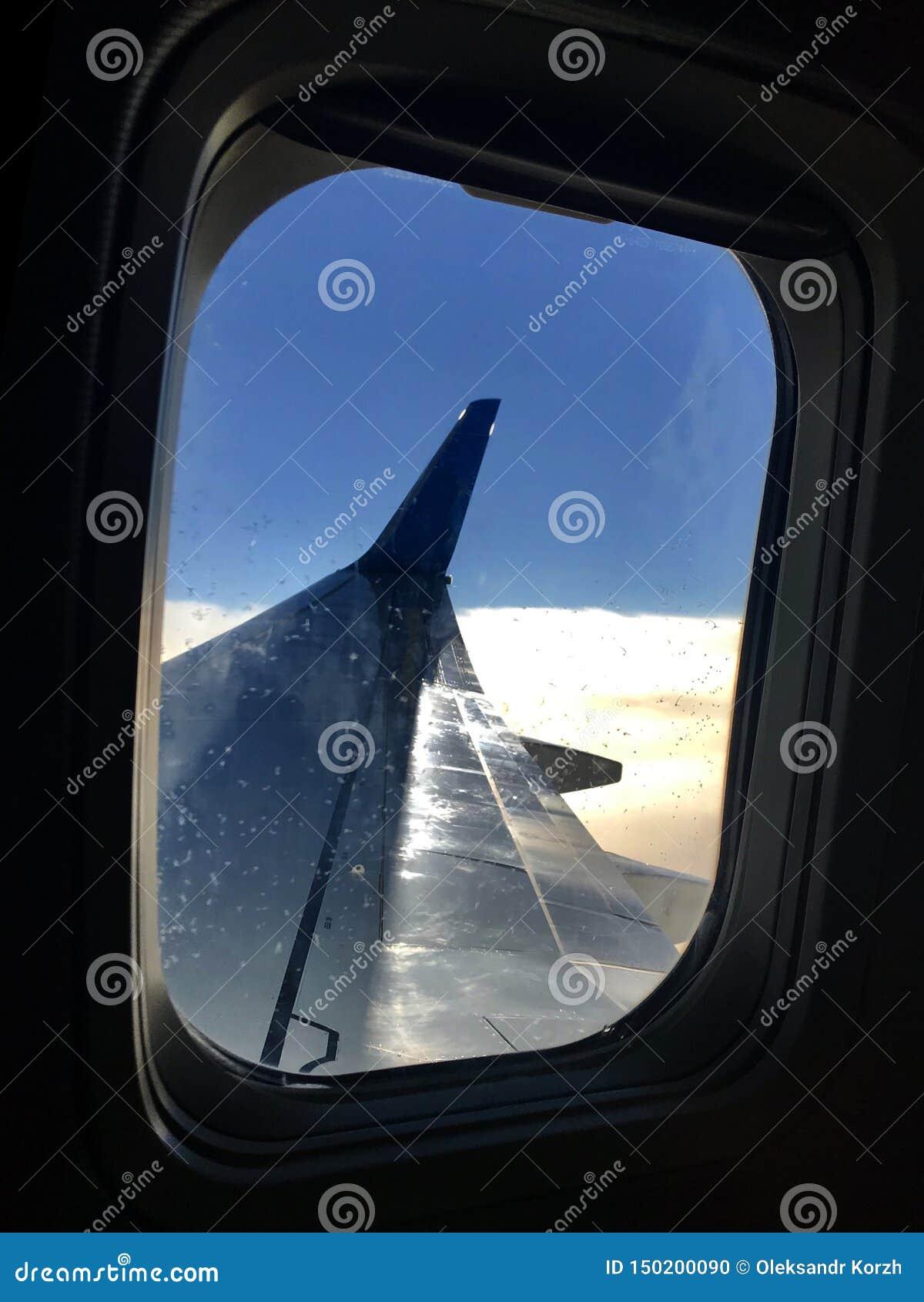 La belle vue de la fenêtre d avion, grande aile des avions montre le tissu pour rideaux