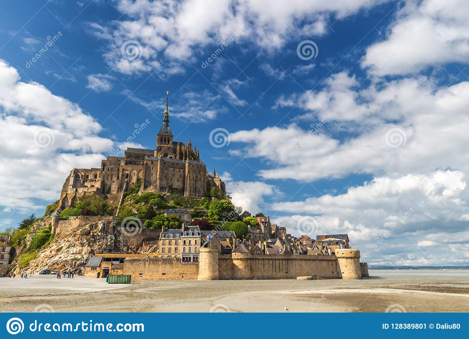 La belle vue panoramique de le célèbre Mont Saint-Michel de marée est