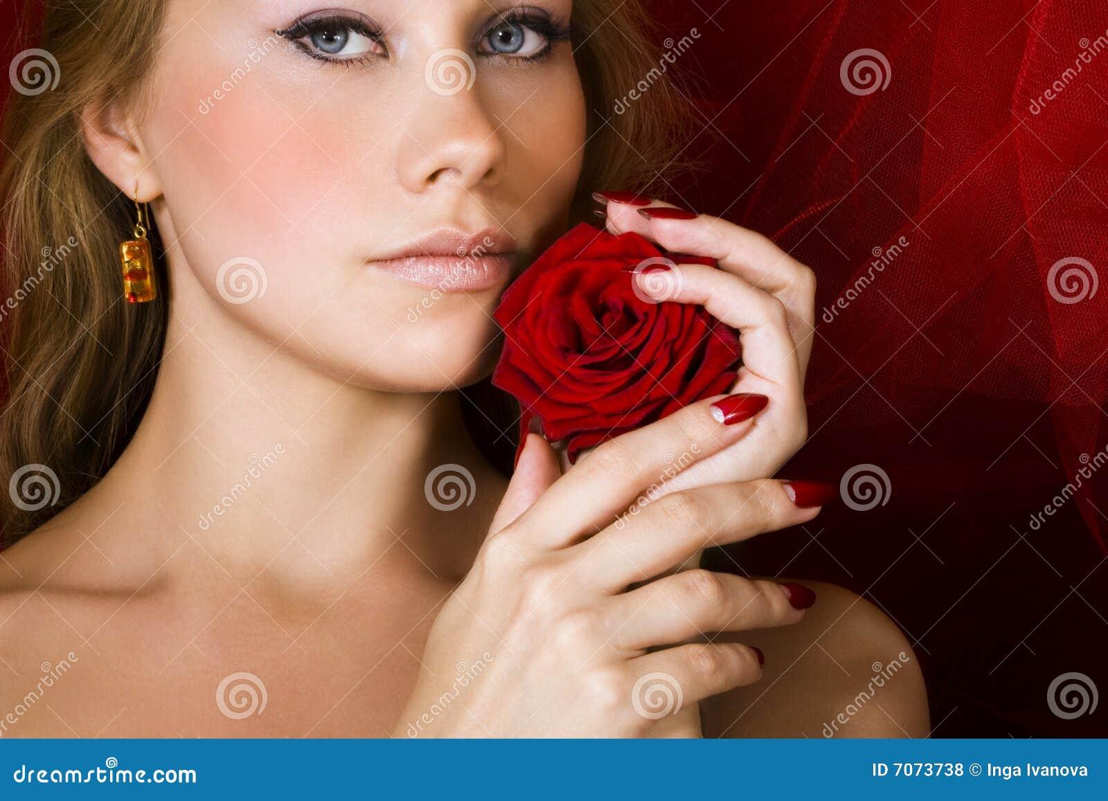 La belleza con rojo se levantó