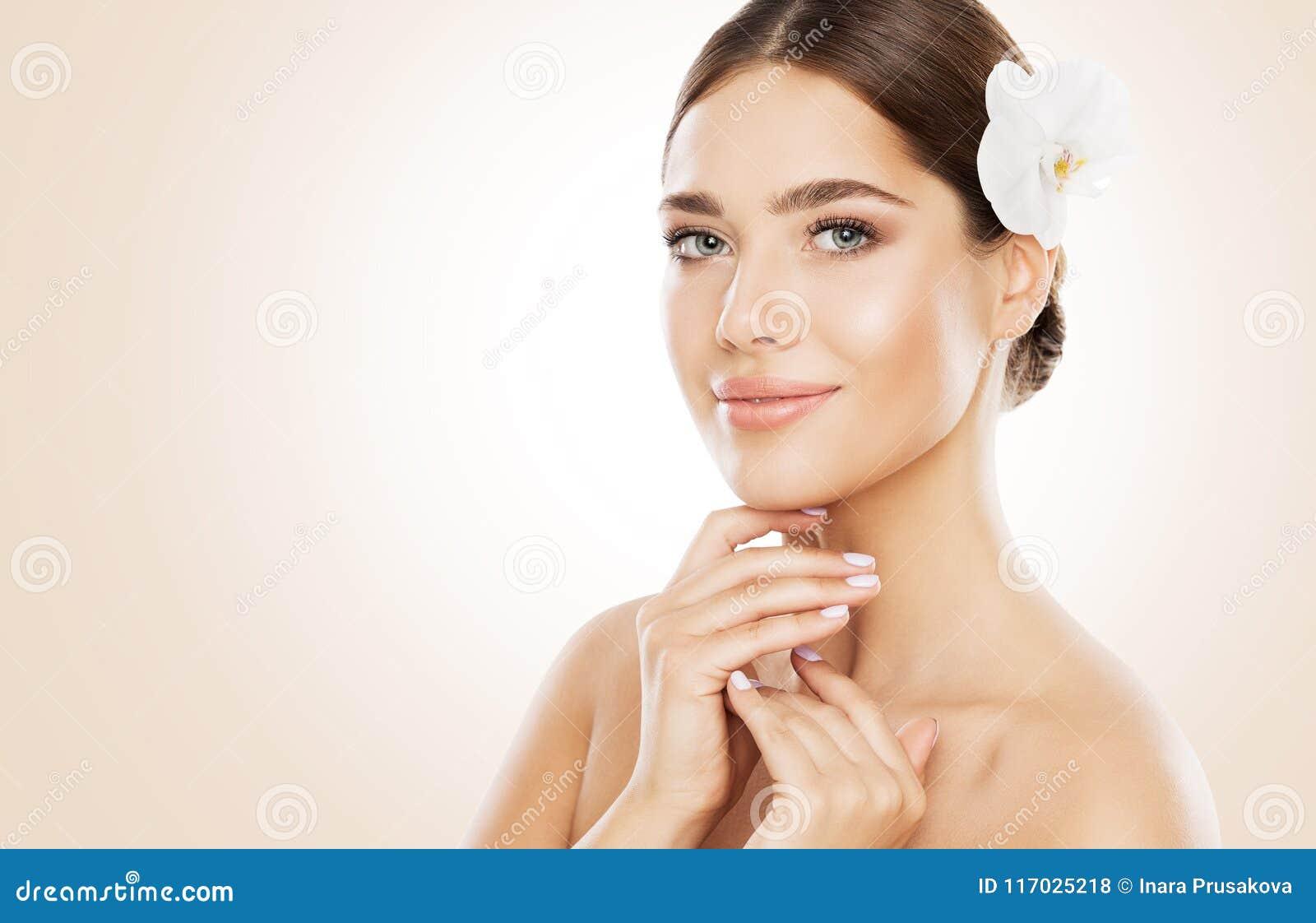 La belleza de la mujer, el cuidado de piel de la cara y naturales componen, flor de la orquídea